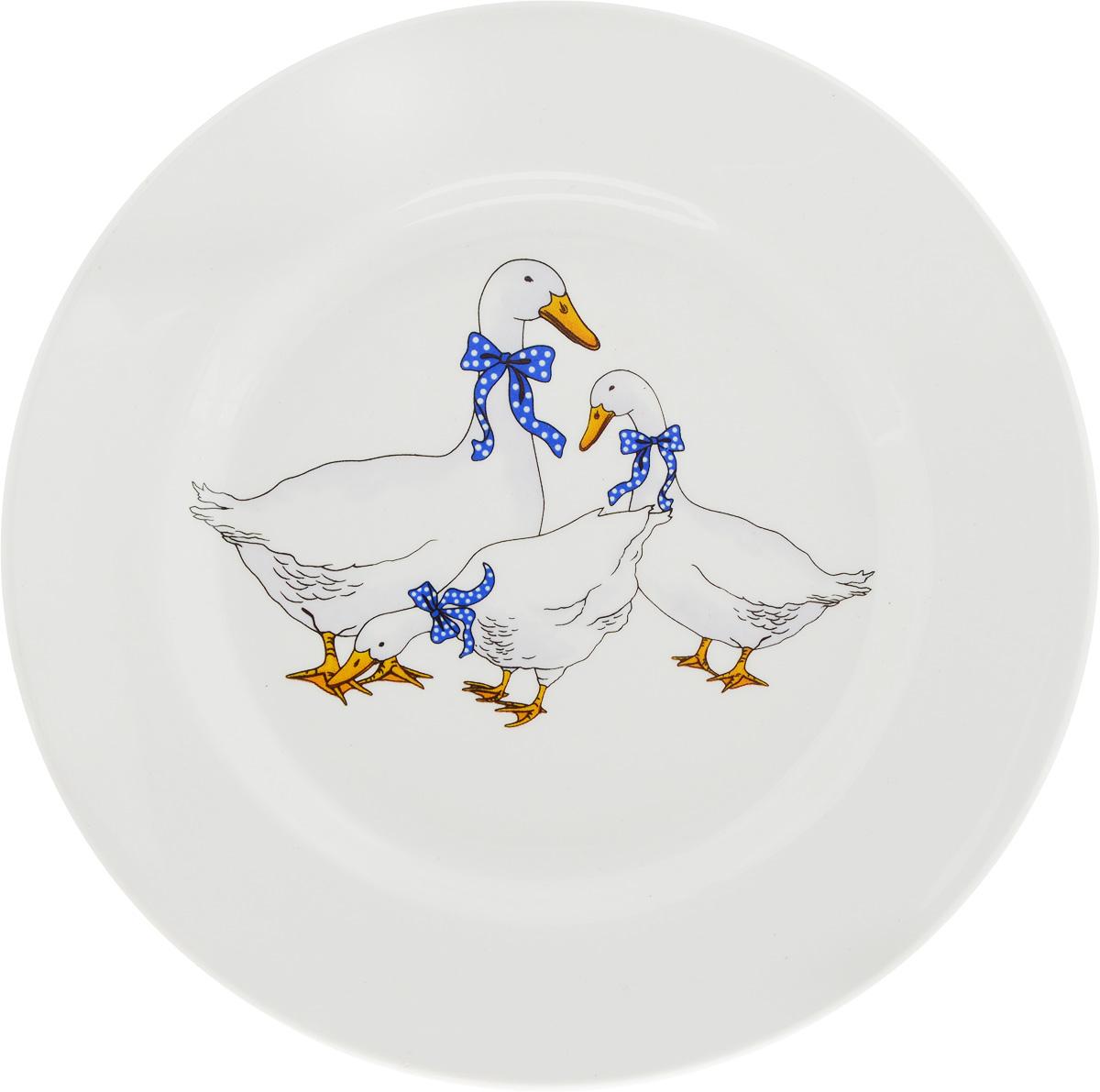 Тарелка десертная Кубаньфарфор Гуси, диаметр 17,5 см057_ГусиДесертная тарелка Кубаньфарфор Гуси, изготовленная из фаянса с глазурованным покрытием, декорирована красочным рисунком. Такая тарелка украсит сервировку вашего стола и подчеркнет прекрасный вкус хозяина, а также станет отличным подарком.