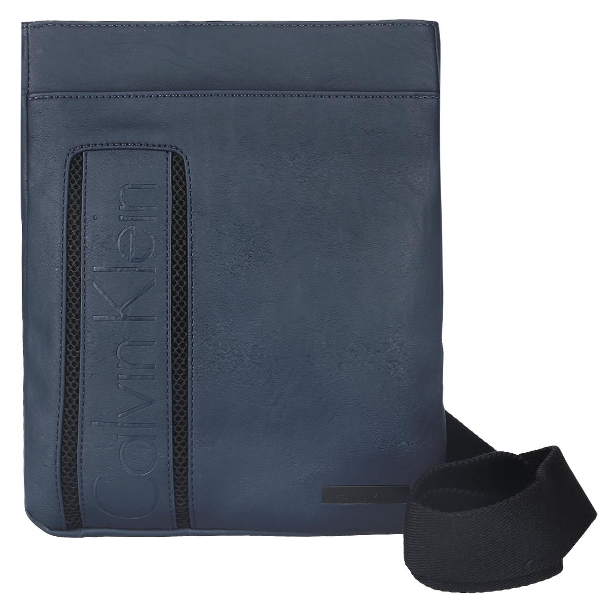 Сумка мужская Calvin Klein Jeans, цвет: темно-синий. K50K500522K50K500522Стильная сумка Calvin Klein Jeans выполнена из 100% полиуретана, оформлена символикой бренда. Изделие содержит одно отделение, которое закрывается на застежку-молнию. Внутри сумки размещен один накладной кармашек для мелочей. На передней и задней стенках расположены накладные открытые карманы. Сумка оснащена плечевым ремнем регулируемой длины. В комплекте с изделием поставляется чехол для хранения.