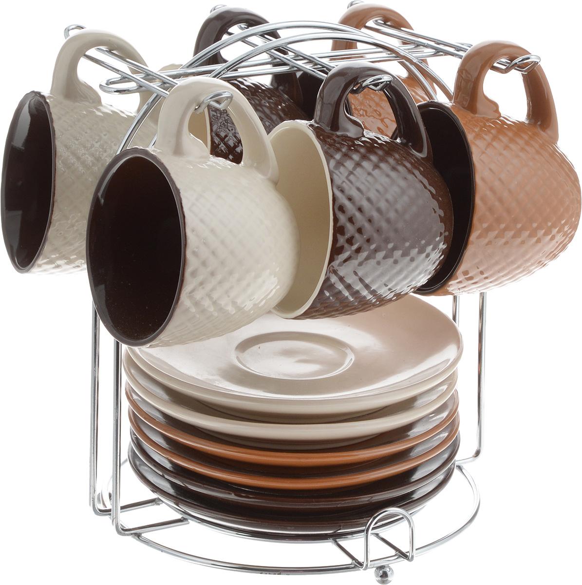 Набор кофейный Loraine, на подставке, 90 мл, 13 предметов. 2466724667Кофейный набор Loraine состоит из 6 чашек и 6 блюдец, выполненных из высококачественного керамики. Изящный дизайн придется по вкусу и ценителям классики, и тем, кто предпочитает утонченность и изысканность. Он настроит на позитивный лад и подарит хорошее настроение с самого утра. Изделия расположены на металлической подставке. Диаметр блюдца: 11,5 см. Высота блюдца: 1,5 см. Диаметр чашки (по верхнему краю): 6,5 см. Высота чашки: 5 см. Объем чашки: 90 мл. Размер подставки: 15 х 15 х 17 см.