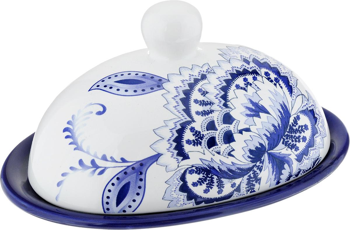Масленка Loraine, цвет: белый, синий, голубой24822Масленка Loraine изготовлена из высококачественного доломита. Изделие представляет собой овальный поднос, на котором, благодаря специальным выемкам, устанавливается крышка. Масленка расписана под гжель. Такая масленка станет изысканным украшением стола и порадует вас и ваших гостей оригинальным дизайном и качеством исполнения. Прекрасно подойдет в качестве подарка к любому случаю. Не боится низких температур. Можно мыть в посудомоечной машине. Размер подноса: 17,5 х 13 см. Высота подноса: 1,5 см. Размер крышки: 15 х 11 см. Высота крышки: 9 см.