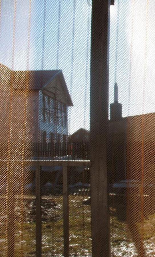 Сетка антимоскитная Hozma, цвет: коричневый, 95 x 210 смМС-095-коричневый HozmaСетка антимоскитная Hozma - это идеальное решение для дачи, квартиры или дома, а также надежная и простая защита от назойливых насекомых, пыли и тополиного пуха. Москитные сетки отлично пропускают свежий воздух и не открываются от ветра, тем самым позволяют держать двери в вашем доме или на даче открытыми. После прохождения человека или животного полотна сетки слипаются автоматически благодаря специальным магнитам. Магниты уже вставлены в сетку. Имеются дополнительные клипсы-птички, которые надежнее скрепляют половинки сетки. Сетка легко крепится в дверной проем с помощью кнопок (входят в комплект) и также легко снимается. Сетку можно стирать в стиральной машине, предварительно сняв магниты.