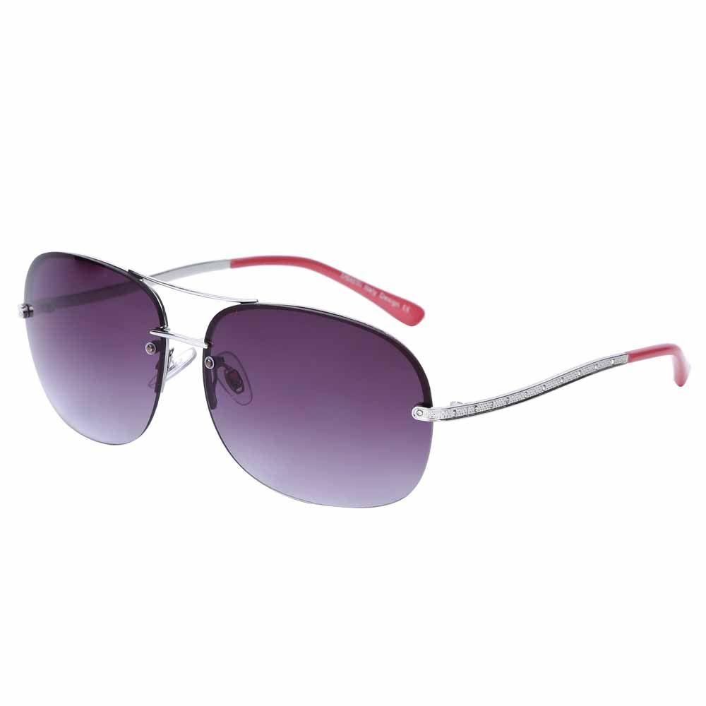 Очки солнцезащитные женские Fabretti, цвет: серебристый, пурпурный. J171899-3GJ171899-3GЯркие женские очки от итальянского бренда Fabretti в форме –«капельки» выполнены из прочного металла и прекрасно подойдут ко всем типам лица. Дизайнерская модель дополнит как классический, так и романтический образ. Элегантное сочетание малиновых дужек, серебряной фурнитуры придаст любому образу нотки современного шика, а фиолетовые градиентные линзы подчеркнут вашу яркость и экстравагантность. Высокая степень защиты от солнечных лучей и надежное крепление дужек, - все это превращает модель в уникальный аксессуар, который будет украшать вас на протяжении нескольких модных сезонов.