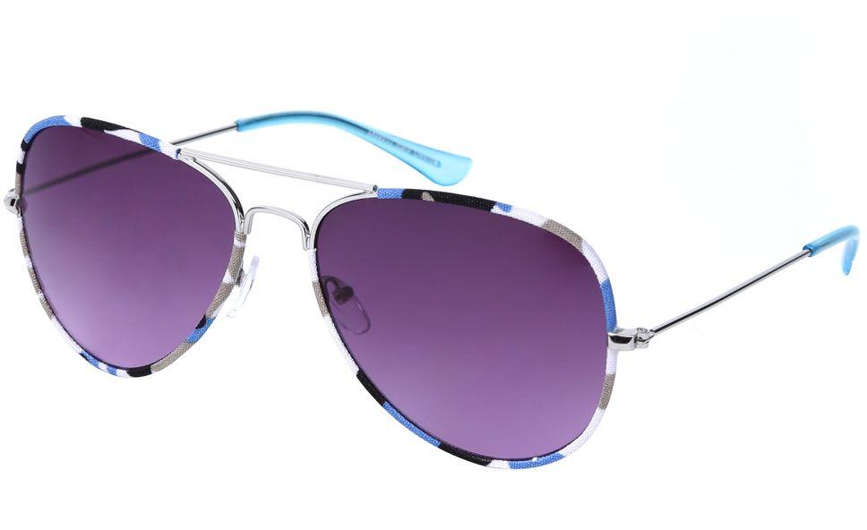 Очки солнцезащитные женские Fabretti, цвет: серебряный, голубой, пурпурный. J172586-2GJ172586-2GЖенские очки-авиаторы от итальянского бренда Fabretti – это изысканный аксессуар, который должен быть у каждой модницы в этом сезоне. Эксклюзивная отделка оправы, создающая эффект тканевого покрытия, придаст вашему образу неповторимую элегантность и изысканность. Фиолетовый цвет линз и голубые дужки завершают дизайн, превращая модель в изумительный аксессуар, который дополнит любой современный образ. Градиентное покрытие, высокая степень защиты от солнечных лучей и надежные крепления помогут приковывать взгляды окружающих протяжении нескольких модных сезонов.Аксессуар очень удобен для вождения, а также незаменим на отдыхе.