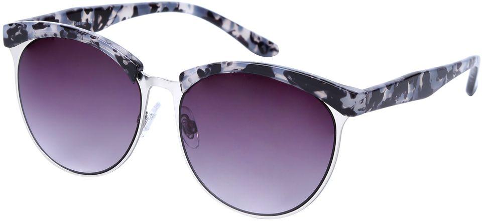 Очки солнцезащитные женские Fabretti, цвет: серый, серебряный, пурпурный. J173735-2GJ173735-2GМодные женские очки от итальянского бренда Fabretti выполнены в ретро-стиле, который прекрасно подойдет ко всем типам лица и прекрасно подчеркнет ваши скулы. Наши дизайнеры черпали свое вдохновение в модных показах 60-х годов и создали уникальную модель, которая дополнит как классический, так и романтический образ. Элегантное сочетание серого и черного цвета оправы придаст любому образу нотки итальянского шика, а фиолетовые градиентные линзы подчеркнут вашу элегантность. Высокая степень защиты от солнечных лучей и надежное крепление дужек, - все это превращает модель в уникальный аксессуар, который будет украшать вас на протяжении нескольких модных сезонов.