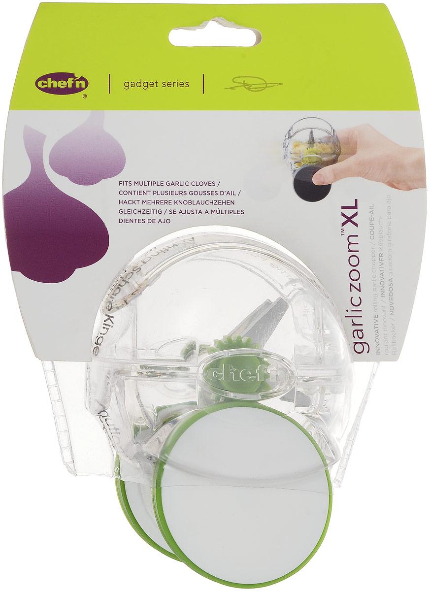 Чеснокорезка Chefn102-128-011-E_прозрачный/белый,зелёныйЧеснокорезка Chefn - это инновационный прибор для резки чеснока, который отличается необычным дизайном и простотой использования. Прибор представляет собой прозрачную пластиковую емкость со стальными лезвиями внутри. Изделие имеет колесики с мягким силиконовым покрытием, чтобы не повредить поверхность стола. Просто положите внутрь емкости зубчики чеснока и прокатите прибор по столу. Чеснок быстро измельчится. Можно мыть в посудомоечной машине.