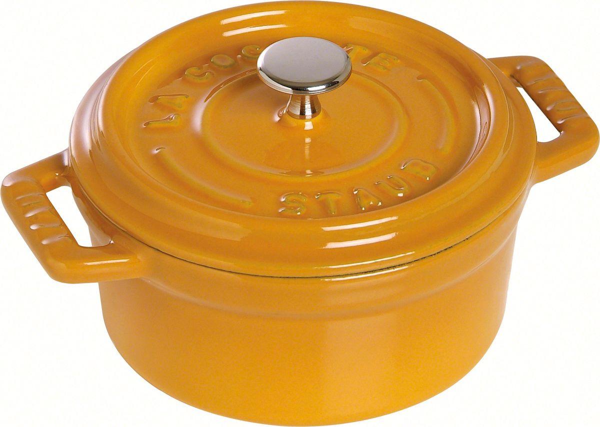 Кокот Staub, круглый, цвет: горчичный, 2,2 л1102012Изготовлена из чугуна, покрытого эмалью снаружи и внутри. Подходит для использования на всех типах плит и в духовке. Перед первым использованием снять этикетки, тщательно вымыть горячей водой с мыльным средством и высушить, затем нанести немного растительного масла на внутреннюю поверхность посуды, излишки масла удалить салфеткой. Мыть жидким моющим средством, без применения абразивных веществ и металлических губок. Пригодна для мытья в посудомоечной машине. При падении на твердую поверхность посуда может треснуть или разбиться. Металлические кухонные принадлежности могут повредить посуду. Избегать резкого нагревания и охлаждения, резкий перепад температуры может привести к повреждению посуды. Чтобы не обжечься, пользуйтесь прихватками.Адрес изготовителя:Zwilling Staub France S.A.S, 47 bis, rue des Vinaigriers, 75010 Paris, FRANCE (Цвиллинг Стауб Франс С.А.С 47 бис, ру де Винаигриерс, 75010 Париж, Франция)