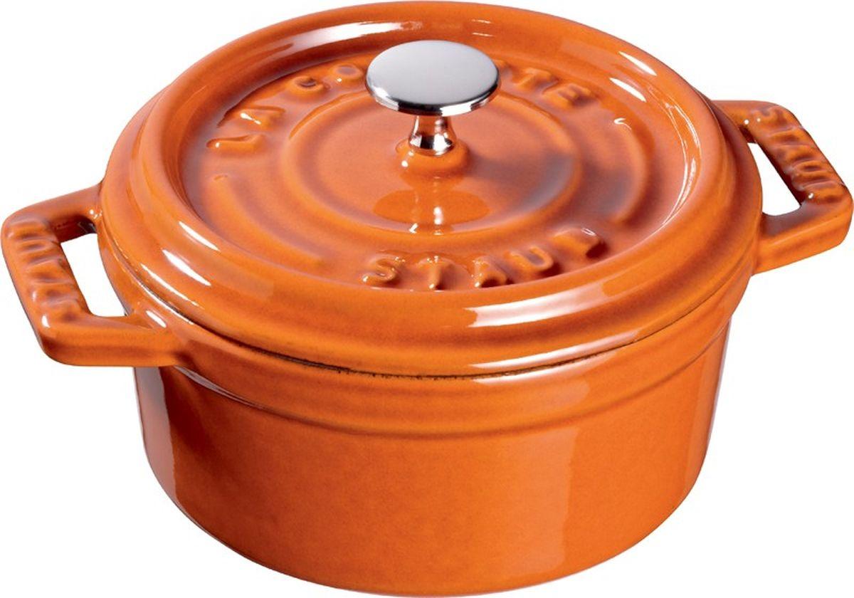 Кокот Staub, круглый, цвет: коричневый, 5,2 л11026806Изготовлен из чугуна, покрытого эмалью снаружи и внутри. Подходит для использования на всех типах плит и в духовке. Перед первым использованием снять этикетки, тщательно вымыть горячей водой с мыльным средством и высушить, затем нанести немного растительного масла на внутреннюю поверхность посуды, излишки масла удалить салфеткой. Мыть жидким моющим средством, без применения абразивных веществ и металлических губок. Пригоден для мытья в посудомоечной машине. При падении на твердую поверхность посуда может треснуть или разбиться. Металлические кухонные принадлежности могут повредить посуду. Избегать резкого нагревания и охлаждения, резкий перепад температуры может привести к повреждению посуды. Чтобы не обжечься, пользуйтесь прихватками.Адрес изготовителя:Zwilling Staub France S.A.S, 47 bis, rue des Vinaigriers, 75010 Paris, FRANCE (Цвиллинг Стауб Франс С.А.С 47 бис, ру де Винаигриерс, 75010 Париж, Франция)