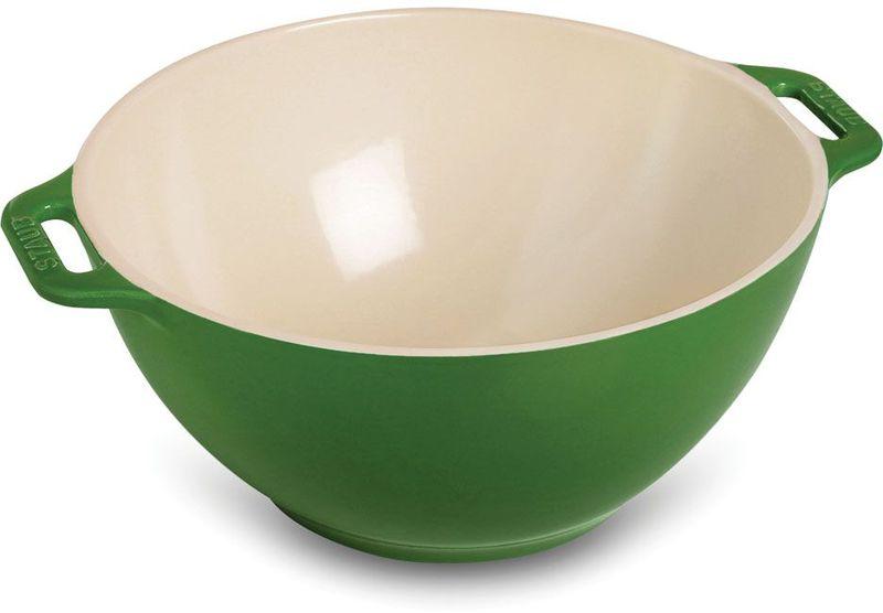 Миска Staub, цвет: зеленый, диаметр 25 см40510-799Миска Staub изготовлена из керамики покрытой эмалью. Красивая керамическая миска сможет стать привлекательной частью сервировки вашего стола. Кроме того, в ней вы сможете смешать различные ингредиенты во время приготовления блюд. При приготовлении мяса, рыбы, овощей и т. п. в посуде бренда Staub не только сохраняются все полезные вещества, но и придаются особые вкусовые качества приготовляемой пищи. Подходит для приготовления блюд в духовке или микроволновой печи. Можно мыть в посудомоечной машине. Диаметр миски: 25 см.