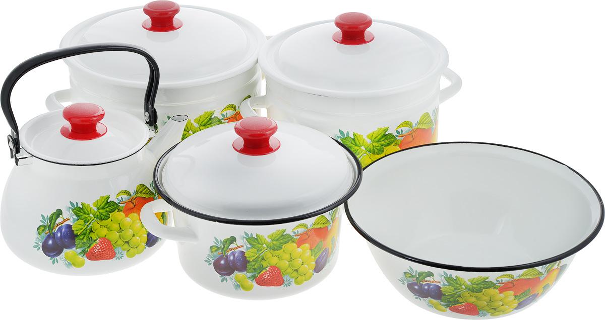 Набор посуды КМК Джем, 9 предметовДжемНабор посуды КМК Джем, состоящий из миски, трех кастрюль и чайника с крышками, изготовлен из высококачественной стали с эмалированным покрытием и оформлен изображением ягод и фруктов. Эмалевое покрытие, являясь стекольной массой, не вызывает аллергии и надежно защищает пищу от контакта с металлом. Внутренняя поверхность идеально ровная, что значительно облегчает мытье. Покрытие устойчиво к механическому воздействию, не царапается и не сходит, а стальная основа практически не подвержена механической деформации, благодаря чему срок эксплуатации увеличивается. Кастрюли и чайник оснащены крышками, выполненными из стали с эмалированным покрытием, которые имеют удобные пластиковые ручки. Чайник оснащен стальной ручкой. Подходят для всех типов плит, включая индукционные. Можно мыть в посудомоечной машине. Высота стенок кастрюль: 12,5 см; 17,5 см; 17 см. Диаметр кастрюль (по верхнему краю): 20 см; 22 см; 25 см. Ширина кастрюль (с...