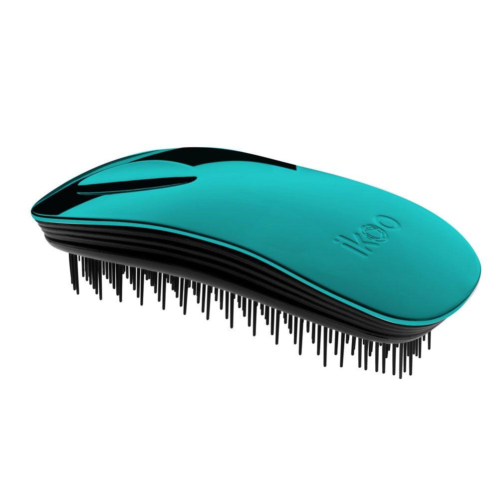 Ikoo Расческа-детанглер Home black Pacific Metallic90283Коллекция ikoo Metallic – это стильная линейка расчесок-детанглеров Выполненная из легкого металла, она не только сохраняет все достоинства iKoo, безболезненно распутывает волосы и обеспечивает прекрасный массаж головы по принципам традиционной китайской медицины, но и станет прекрасным дополнением вашего образа. Ikoo – расческа-детанглер, которая: - придает объем и блеск волосам - массирует кожу головы - позволяет заботиться о волосах даже во время расчесывания и не оставляет шанса секущимся кончикам - легко распутывает влажные волосы - распутывает волосы без боли Уникальный подход щетки ikoo — расположение и структура щетинок, которые позволяют не только легко распутывать и расчесывать волосы, но и делать массаж головы в соответствии с принципами традиционной китайской медицины. Щетинки стимулируют энергетические меридианы и рефлексогенные зоны, что также положительно влияет на вегетативную нервную систему. Благодаря оптимальной степени твердости щетины, волосы распутываются легко...