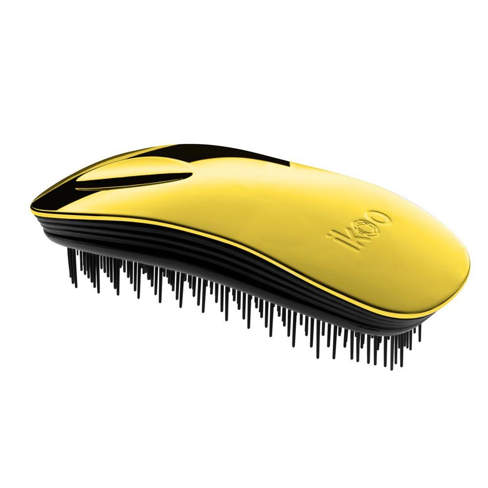 Ikoo Расческа-детанглер Home black Soleil Metallic90207Коллекция ikoo Metallic – это стильная линейка расчесок-детанглеров Выполненная из легкого металла, она не только сохраняет все достоинства iKoo, безболезненно распутывает волосы и обеспечивает прекрасный массаж головы по принципам традиционной китайской медицины, но и станет прекрасным дополнением вашего образа. Ikoo – расческа-детанглер, которая: - придает объем и блеск волосам - массирует кожу головы - позволяет заботиться о волосах даже во время расчесывания и не оставляет шанса секущимся кончикам - легко распутывает влажные волосы - распутывает волосы без боли Уникальный подход щетки ikoo — расположение и структура щетинок, которые позволяют не только легко распутывать и расчесывать волосы, но и делать массаж головы в соответствии с принципами традиционной китайской медицины. Щетинки стимулируют энергетические меридианы и рефлексогенные зоны, что также положительно влияет на вегетативную нервную систему. Благодаря оптимальной степени твердости щетины, волосы распутываются легко...