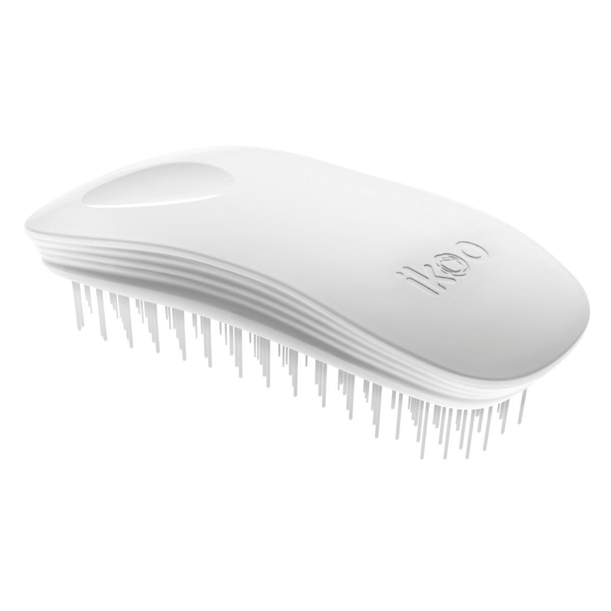 Ikoo Расческа-детанглер Home Classic White90023Ikoo – это расческа-детанглер, которая: - придает объем и блеск волосам - массирует кожу головы - позволяет заботиться о волосах даже во время расчесывания и не оставляет шанса секущимся кончикам - легко распутывает влажные волосы - распутывает волосы без боли Уникальный подход щетки ikoo — расположение и структура щетинок, которые позволяют не только легко распутывать и расчесывать волосы, но и делать массаж головы в соответствии с принципами традиционной китайской медицины. Щетинки стимулируют энергетические меридианы и рефлексогенные зоны, что также положительно влияет на вегетативную нервную систему. Благодаря оптимальной степени твердости щетины, волосы распутываются легко и без вытягивания. Щетка ikoo сохраняет свою функциональность даже после долговременного использования. Щетки ikoo изготовлены из высококачественной смолы и акрила. Для комфортного использования корпус щетки отделан натуральной резиной, что помогает надежно удерживать щетку в руке. Скомбинировав эти три...