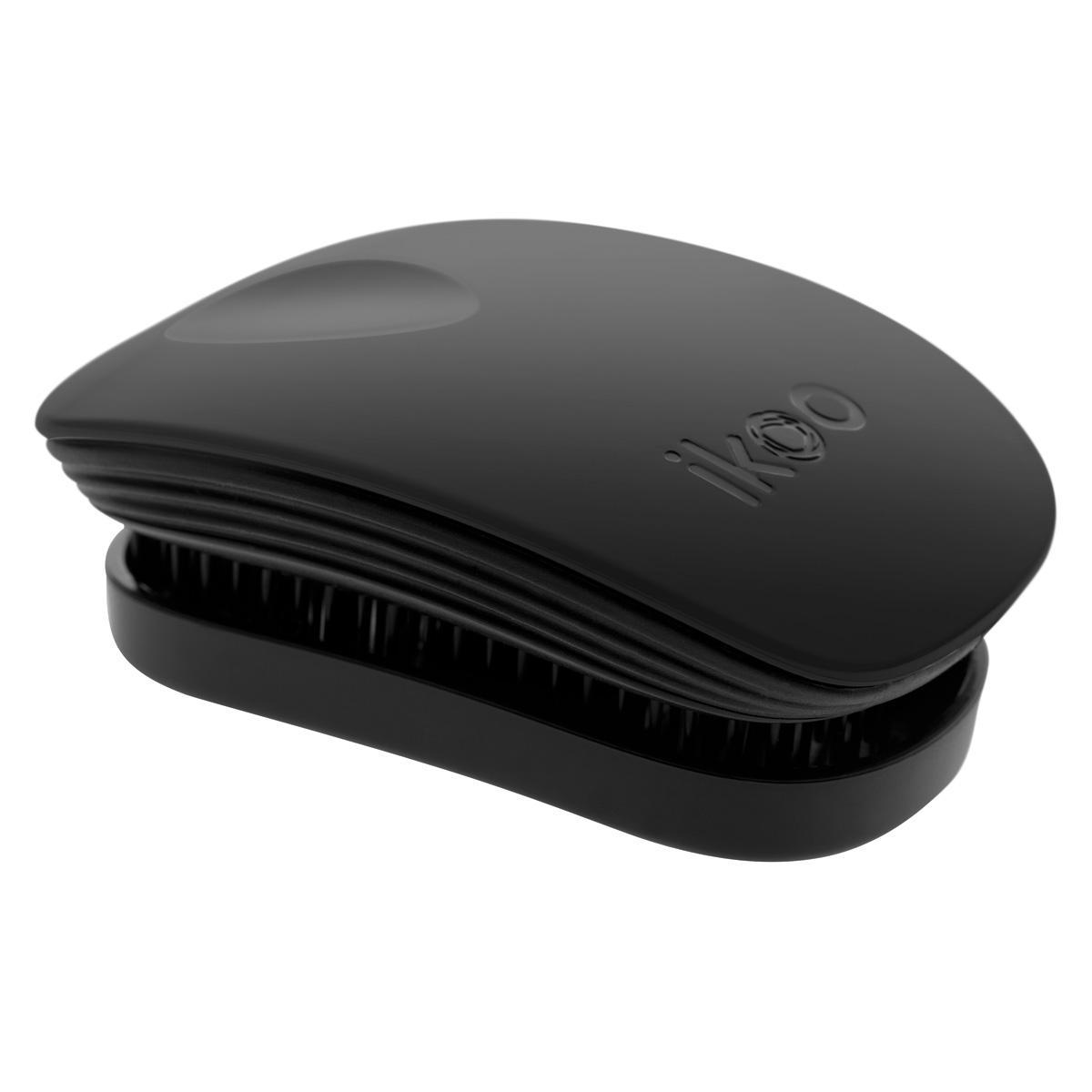 Ikoo Расческа-детанглер Pocket Classic Black90030ikoo Pocket – расческа для тех, кто всегда в движении Если Вы не хотите упускать шанс всегда иметь под рукой удобную расческу, а также оставить позади секущиеся концы и поврежденные волосы, то карманная версия расчески iKoo – то, что Вам нужно! «Младшая сестра» ikoo Pocket обладает всеми качествами оригинальной версии, а также имеет удобную крышку, которая предохранит расческу от загрязнений, а Вашу сумку – от попадания волос. Ikoo – это расческа-детанглер, которая: - придает объем и блеск волосам - массирует кожу головы - позволяет заботиться о волосах даже во время расчесывания и не оставляет шанса секущимся кончикам - легко распутывает влажные волосы - распутывает волосы без боли Уникальный подход щетки ikoo — расположение и структура щетинок, которые позволяют не только легко распутывать и расчесывать волосы, но и делать массаж головы в соответствии с принципами традиционной китайской медицины. Щетинки стимулируют энергетические меридианы и рефлексогенные зоны, что также...