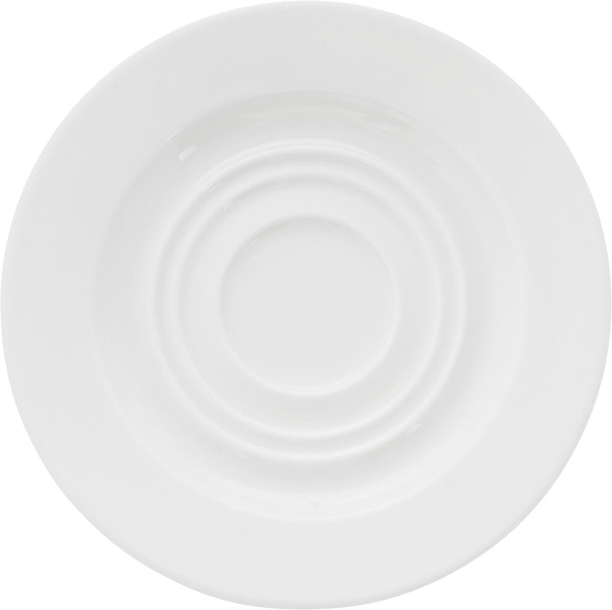 Блюдце Ariane Прайм, диаметр 14,5 смAPRARN14015Оригинальное блюдце Ariane Прайм изготовлено из фарфора с глазурованным покрытием. Изделие сочетает в себе классический дизайн с максимальной функциональностью. Блюдце прекрасно впишется в интерьер вашей кухни и станет достойным дополнением к кухонному инвентарю. Можно мыть в посудомоечной машине и использовать в микроволновой печи. Диаметр блюдца (по верхнему краю): 14,5 см. Высота блюдца: 2 см.