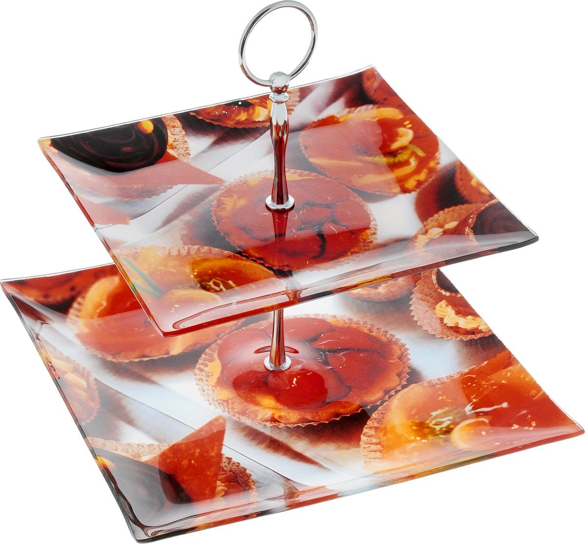 Блюдо для десерта Zibo Shelley Белиссимо, двухъярусное, высота 22 смZSS3100T/M2-18Блюдо для десерта Zibo Shelley Белиссимо, выполненное из высококачественного стекла, сочетает в себе классический дизайн с максимальной функциональностью. Изделие состоит из 2 квадратных блюд разного размера, оформленных красочным изображением выпечки. Стойка-держатель выполнена из металла. Блюдо предназначено для красивой сервировки конфет, фруктов и десертов. Элегантное и стильное, оно украсит сервировку вашего стола и подчеркнет прекрасный вкус хозяйки, а также станет отличным подарком. Можно мыть в посудомоечной машине. Размер блюд: 20 х 20 см; 25 х 25 см. Высота: 22 см.