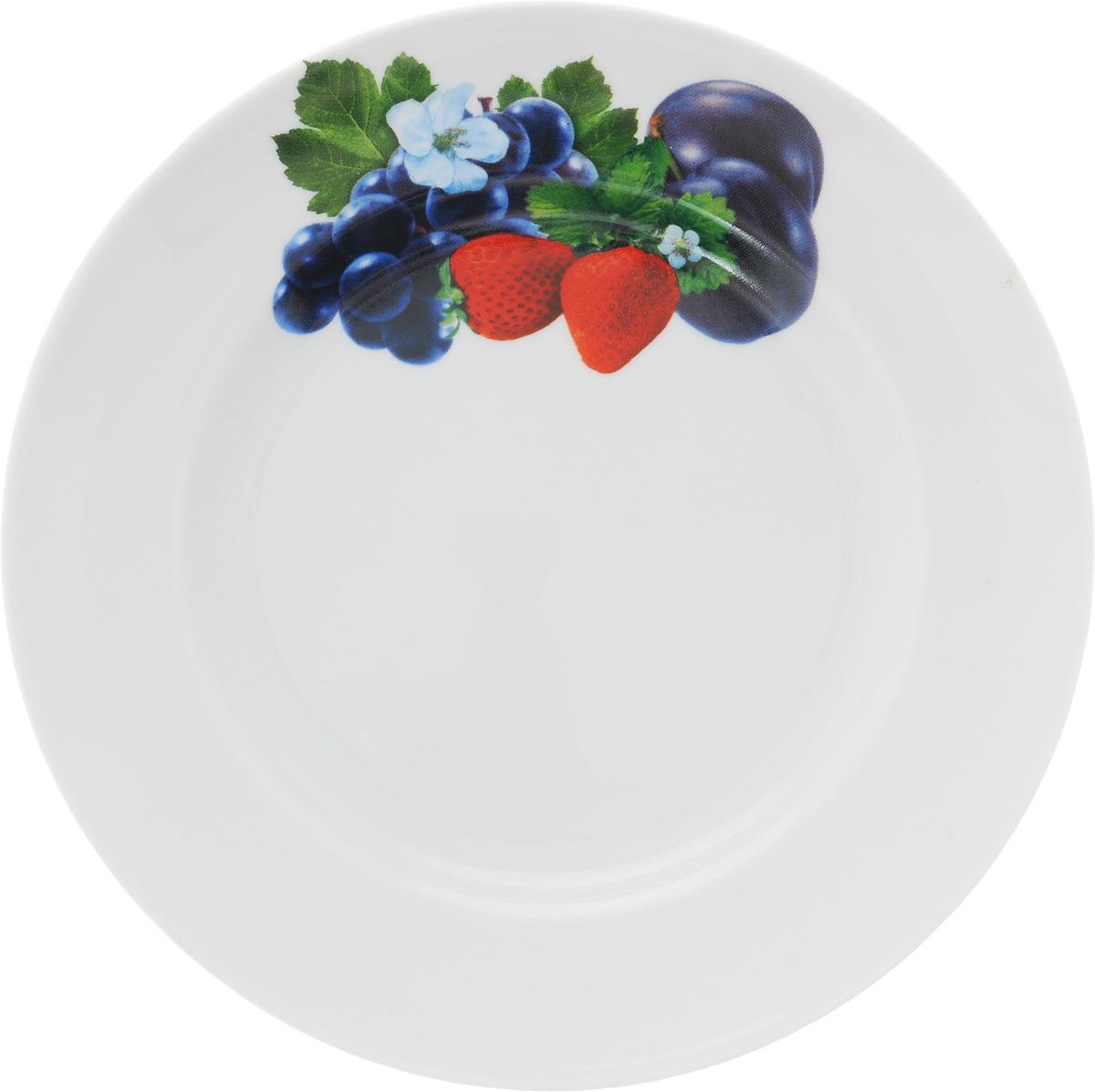 Тарелка Идиллия. Слива и клубника, диаметр 20 см1303841_слива, клубникаТарелка Идиллия. Слива и клубника изготовлена из высококачественного фарфора и оформлена красочным изображением ягод. Изделие сочетает в себе изысканный дизайн с максимальной функциональностью. Тарелка отлично дополнит сервировку стола и станет практичным приобретением для вашей кухни.