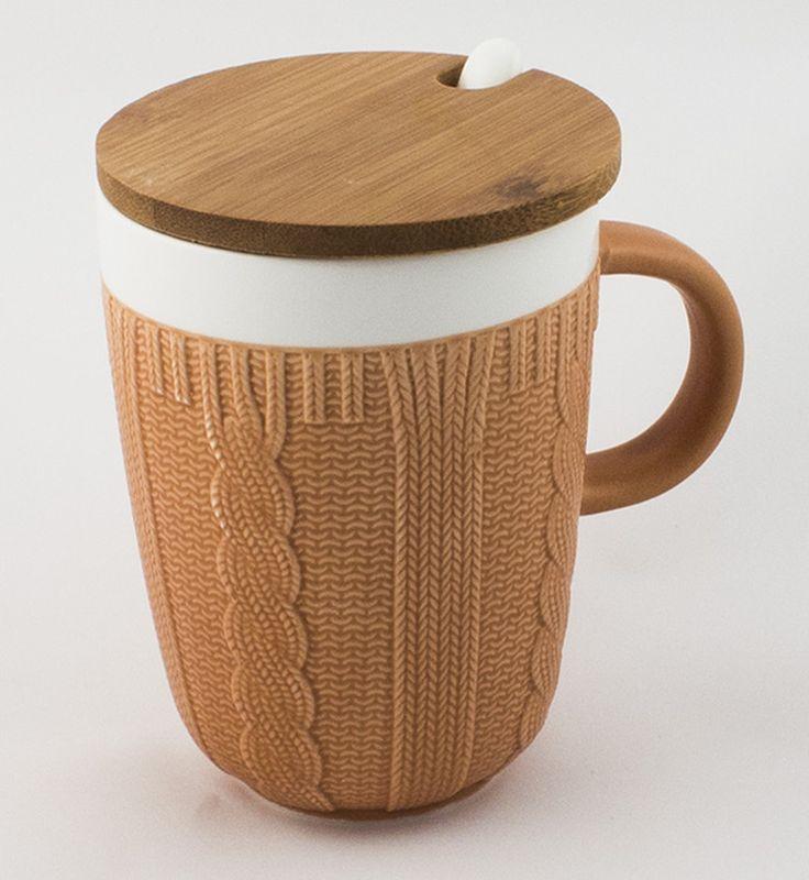 Кружка Эврика Вязанная, цвет: светло-коричневый96518Долгими зимними вечерами, в осеннюю слякоть или Bec еннюю распутицу приятно согреться кружкой чего-нибудь горячего, особенно, если она тоже одета в тёплый вязаный свитер. В комплект входит керамическая ложечка и крышка из бамбука, предохраняющая напиток от остывания. Уютный домашний дизайн, экологичные материалы, качественная упаковка делают эту кружку прекрасным подарком.