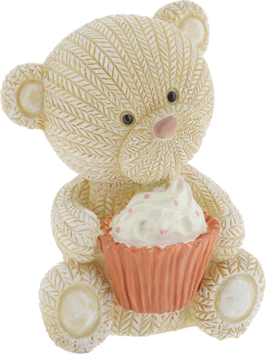 Фигурка декоративная Magic Home Мишка с пирожным, 7,1 х 6,5 х 9,1 см44416Декоративная фигурка Мишка с пирожным выполнена из полирезина. Такая фигурка прекрасно дополнит любой интерьер и станет хорошим подарком.