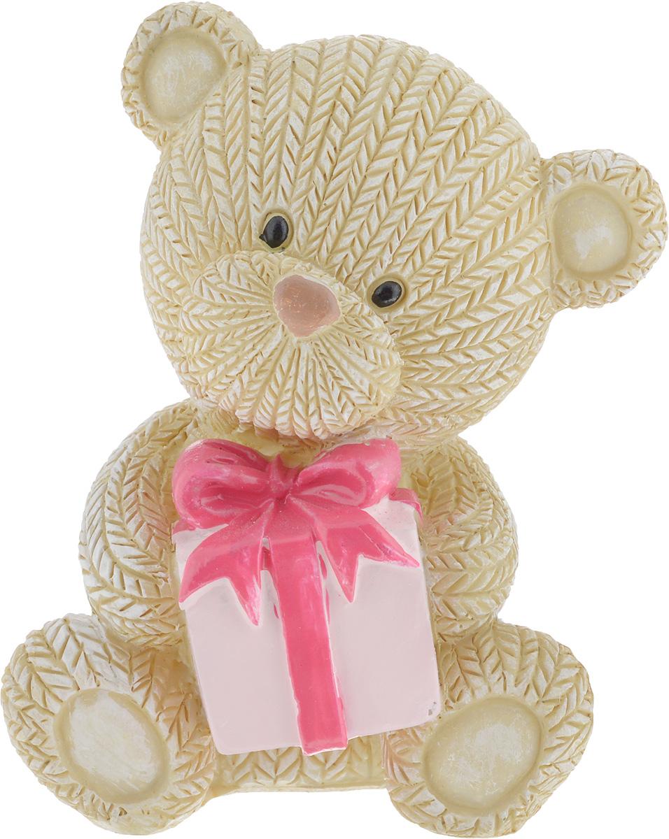 Фигурка декоративная Magic Home Мишка с подарком, 7,5 х 6 х 9 см44415Декоративная фигурка Мишка с подарком выполнена из полирезины. Такая фигурка прекрасно дополнит любой интерьер и станет хорошим подарком.