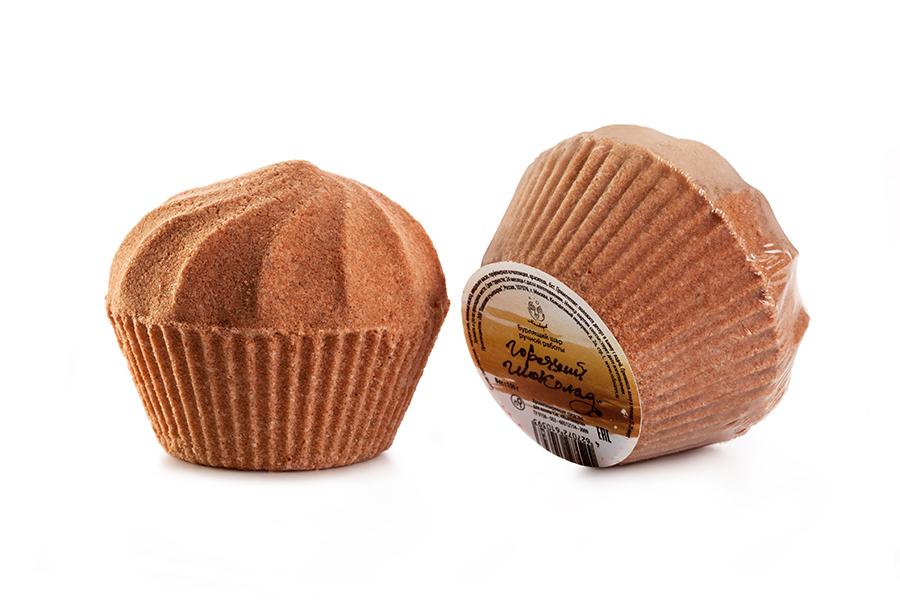 Мыловаров Шары для ванны Горячий шоколад, 2*50грMYL-УТ000002086Окунитесь в роскошь соблазнительного горячего шоколада, просто добавив бурлящий шар в воду для ванны. Масла какао и миндаля ублажат вашу кожу, возвращая ей соблазнительную упругость, целебная морская соль снимет раздражение и шелушение, а аромат горячего шоколада пробудит в глубине вашей души настоящую роковую женщину.