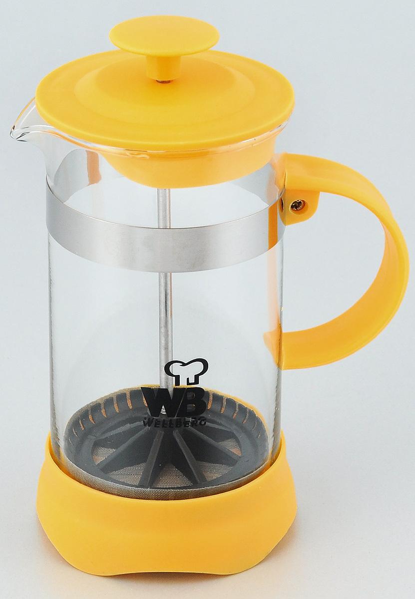 Френч-пресс Wellberg Trendy, цвет: желтый, прозрачный, 350 мл. 9933 WB9933 WB_желтыйФренч-пресс Wellberg Trendy предназначен для приготовления чая или кофе. Колба выполнена из термостойкого стекла; основание, ручка и крышка изготовлены из прочного пластика. Удобная ручка обеспечивает надежную фиксацию в руке. Утолщенный стальной ободок колбы повышает прочность и продлевает срок службы изделия. Форма края носика препятствует образованию подтеков. Плотно прилегающая крышка позволяет надолго сохранить аромат напитка. Засыпая чайную заварку или кофе под фильтр из нержавеющей стали, заливая горячей водой, вы получаете ароматный напиток с оптимальной крепостью и насыщенностью. Остановить процесс заваривания легко, для этого нужно просто опустить поршень, и вся заварка уйдет вниз, оставляя вверху напиток, готовый к употреблению. Френч-пресс позволит быстро и просто приготовить свежий и ароматный кофе или чай. Высота (без учета поршня): 14 см. Диаметр колбы (по верхнему краю): 7 см.
