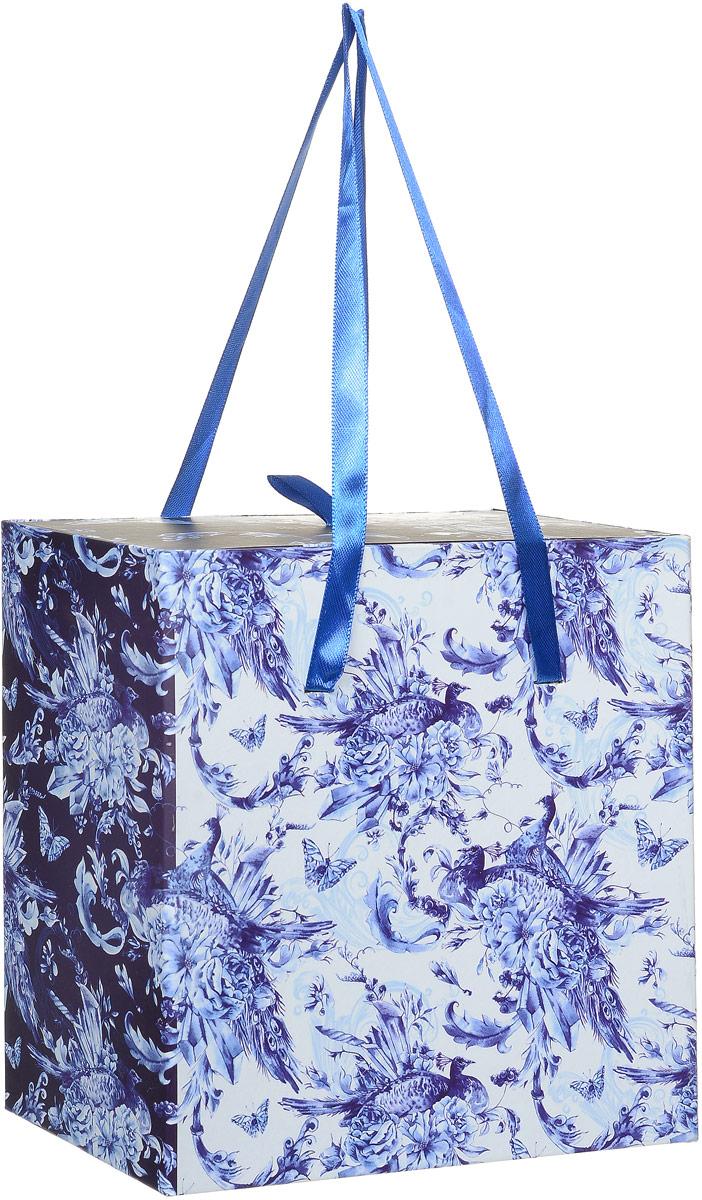 Коробка подарочная Magic Home Голубые цветы, квадратная, 18 х 18 х 9,5 см44293Подарочная коробка Magic Home Голубые цветы выполнена из мелованного ламинированного картона. Коробочка оформлена оригинальным цветочным рисунком. Изделие имеет квадратную форму и состоит из двух частей, одна из которых вставляется в другую. Внутренняя часть дополнена текстильной петлей, внешняя - длинными ручками. Подарочная коробка - это наилучшее решение, если вы хотите порадовать близких людей и создать праздничное настроение, ведь подарок, преподнесенный в оригинальной упаковке, всегда будет самым эффектным и запоминающимся. Окружите близких людей вниманием и заботой, вручив презент в нарядном, праздничном оформлении.