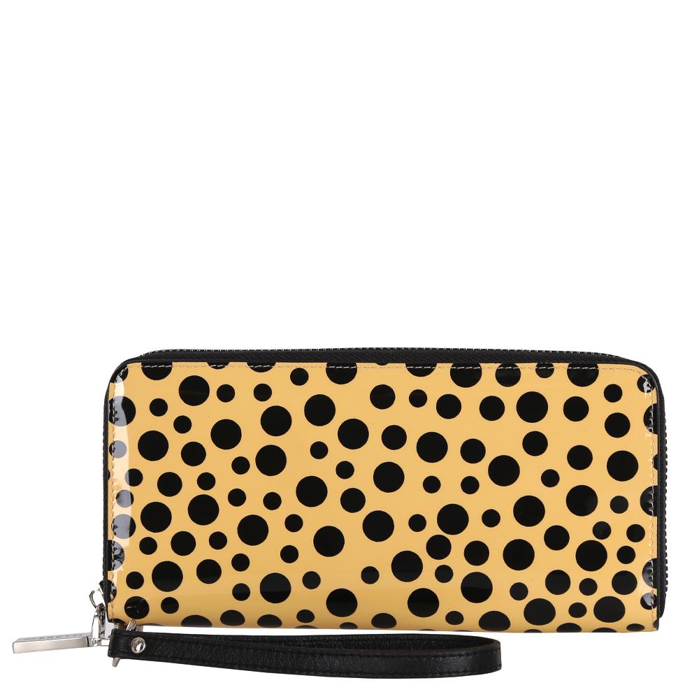 Кошелек женский Fabretti, цвет: желтый, черный. 7700677006-beige dot LУтонченный и изысканный кошелек от итальянского бренда Fabretti выполнен из натуральной кожи с лакированным покрытием, которое имеет невероятно гладкую фактуру. Дизайнерское сочетание желтого и черного цвета, изящная фурнитура под серебро и съемный брелок превращают модель в стильный и яркий аксессуар, который понравится любой моднице. Внутри изделия находятся шесть отделений для купюр, одно из которых предназначено для монет и закрывается на удобную молнию. Вы также сможете разместить свои дисконтные и кредитные карточки с помощью 8 карманов. Аксессуар закрывается на молнию с модным поводком.