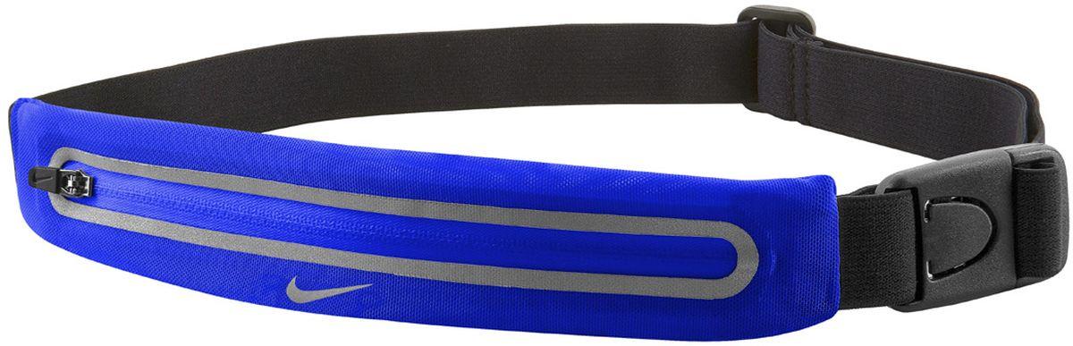 Пояс для бега Nike Lean Waistpack, цвет: синий, черныйN.RL.46.443.OSРегулируемый эластичный ремешок обеспечивает надежную комфортную посадку во время тренировки. Растяжимый эластичный сетчатый материал обеспечивает требуемое пространство для хранения. Низкая и надежная посадка предотвращает смещение. Застежка позволяет быстро снимать и надевать сумку. Светоотражающие детали повышают видимость при слабом освещении