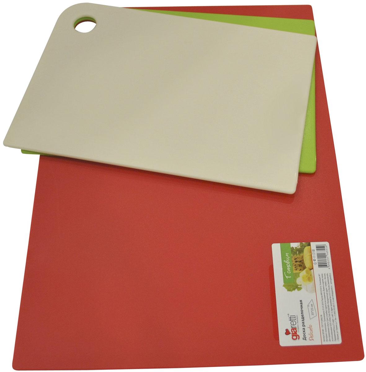 Набор разделочных досок Giaretti Trio, цвет: оливковый, сливочный, красный, 3 предметаGR1886МИКСМаленькие и большие, под хлеб или сыр, овощи или мясо. Разделочных досок много не бывает. Giaretti предлагает новинку – гибкие доски. Преимущества: не скользит по поверхности стола - Вы можете резать продукты и не отвлекаться на мелочи; удобно использовать - на гибкой доске Вы сможете порезать продукты, согнув доску переложить их в блюдо и не рассыпать содержимое; легкие доски займут мало места на Вашей кухне; легко моются в посудомоечной машине; 2 оптимальных размера досок позволят Вам порезать небольшой кусок сыра или нашинковать много овощей. Вы можете купить доску как штучно, так и в наборе, и максимально эффективно организовать пространство на кухне. Набор Trio мы специально создали для разных типов продуктов, которые обозначены цветом. Очень удобно: мясо и свежую рыбу Вы режете на большой красной доске, овощи на зеленой, сыр/хлеб на доске цвета слоновая кость.