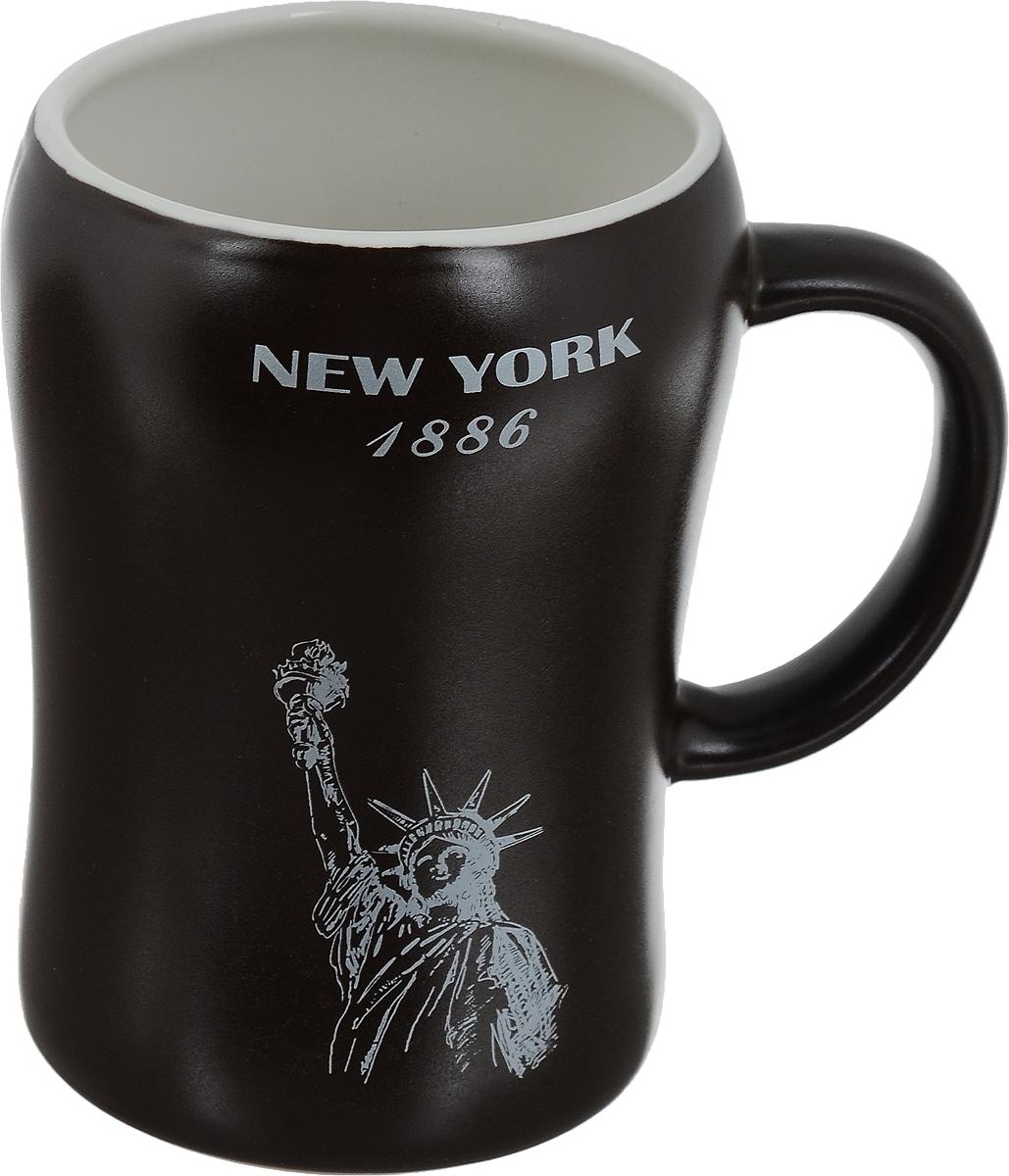 Кружка пивная Bella New York, 500 млKR-01SCD290CB-1438_коричневыйПивная кружка Bella New York - это не просто емкость для пенного напитка, это еще оригинальный сувенир или прекрасный подарок для настоящего ценителя. Такая пивная кружка превращает распитие пива в настоящий ритуал. Кружка выполнена из керамики и оформлена изображением Статуи Свободы и надписью New York 1886. Пивная кружка Bella New York станет прекрасным пополнением вашей коллекции. Не рекомендуется мыть в посудомоечной машине. Объем: 500 мл. Высота кружки: 13 см. Диаметр (по верхнему краю): 8,5 см.