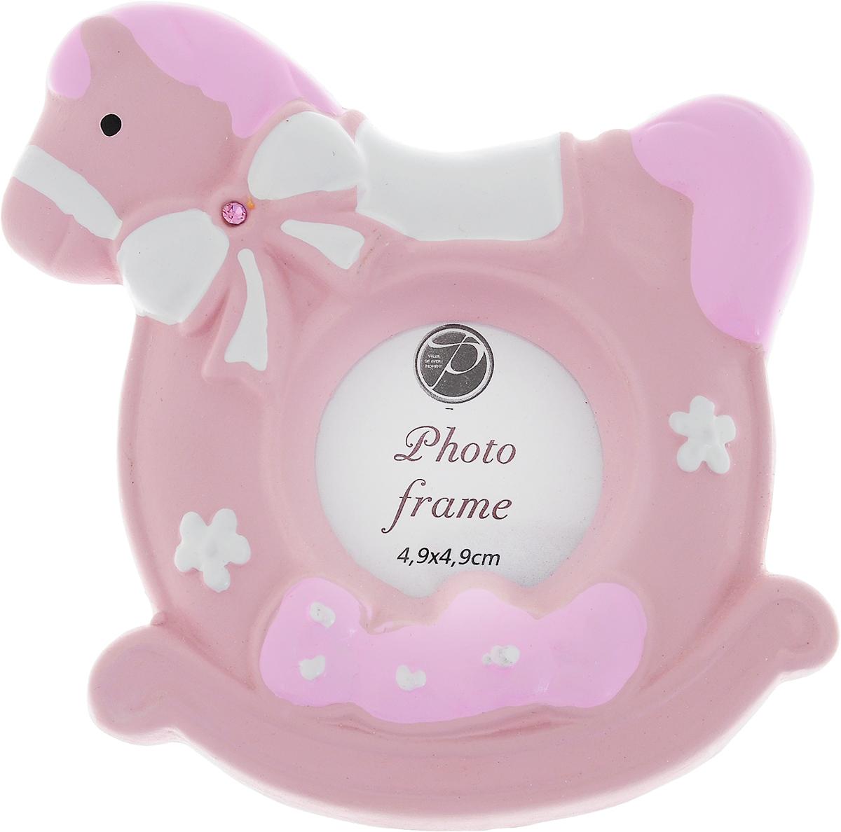 Фоторамка Pioneer, 4,9 х 4,9 см19_розовый, белыйФоторамка Pioneer изготовлена из высококачественной керамики и картона с металлическими элементами. Изделие выполнено в виде лошадки и декорирована надписью Babu. Оборотная сторона рамки оснащена специальной ножкой, благодаря которой ее можно поставить на стол или любое другое место в доме или офисе. Такая фоторамка поможет вам оригинально и стильно дополнить интерьер помещения, а также позволит сохранить память о дорогих вам людях и интересных событиях вашей жизни.