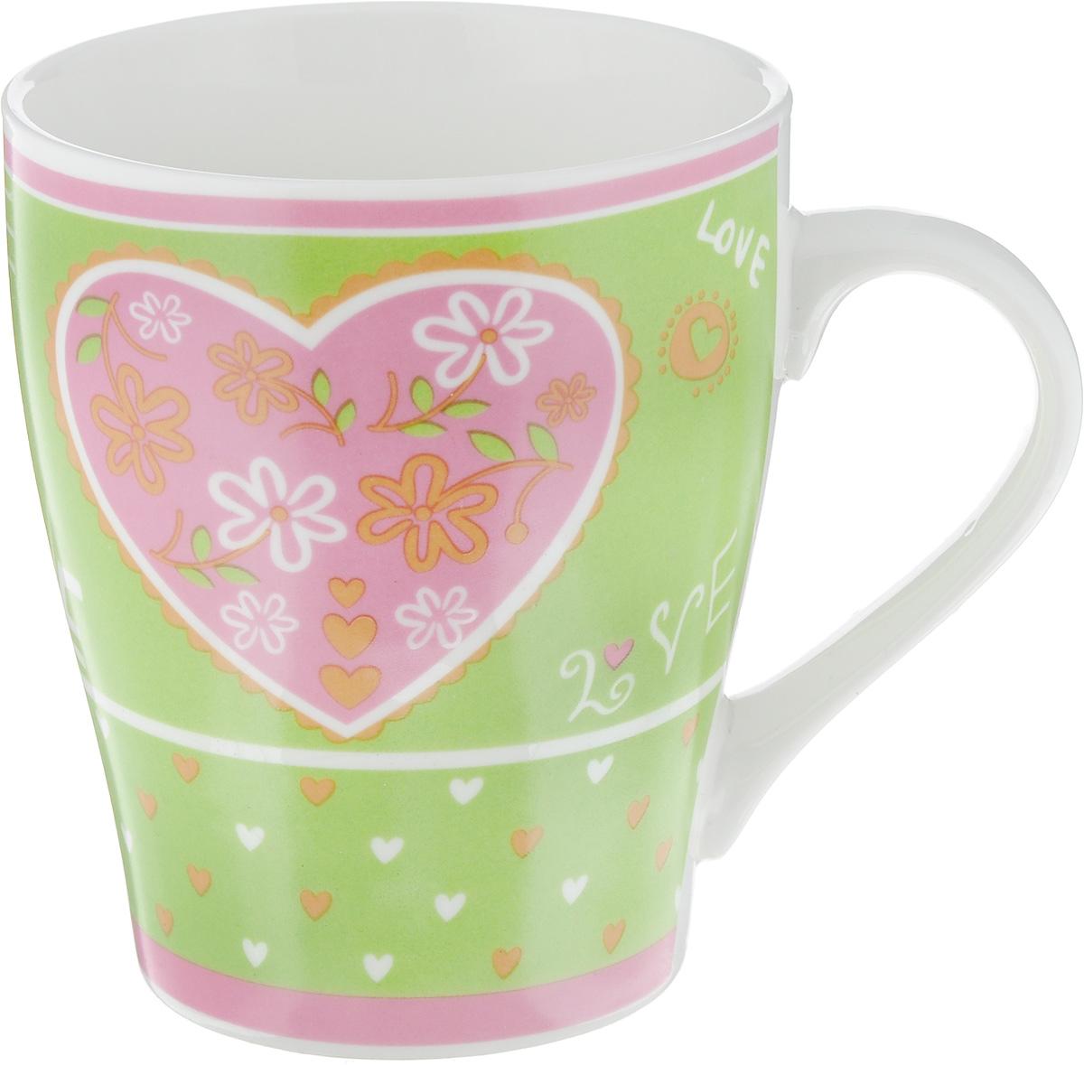 Кружка Loraine Сердце, цвет: зеленый, 350 мл22113_зеленыйКружка Loraine изготовлена из прочного качественного костяного фарфора. Изделие оформлено красочным рисунком. Благодаря своим термостатическим свойствам, изделие отлично сохраняет температуру содержимого - морозной зимой кружка будет согревать вас горячим чаем, а знойным летом, напротив, радовать прохладными напитками. Такой аксессуар создаст атмосферу тепла и уюта, настроит на позитивный лад и подарит хорошее настроение с самого утра. Это оригинальное изделие идеально подойдет в подарок близкому человеку. Диаметр (по верхнему краю): 8,5 см. Высота кружки: 10 см.