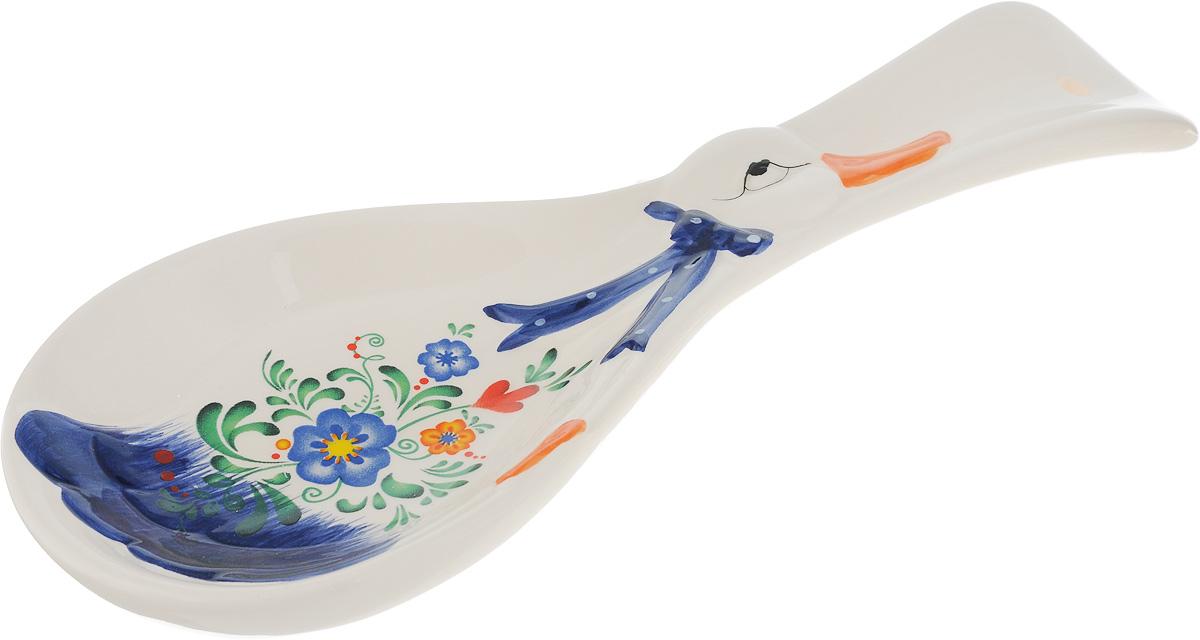 Подставка под ложку Loraine, длина 24,7 см21580Подставка под ложку Loraine изготовлена из прочной керамики высокого качества и декорирована оригинальным рисунком. Она станет прекрасным помощником на кухне и оживит интерьер. Поверхность изделия гладкая и легкая в очистке. Можно мыть в посудомоечной машине и использовать в микроволной печи. Размер подставки: 24,7 х 9 х 2,5 см.