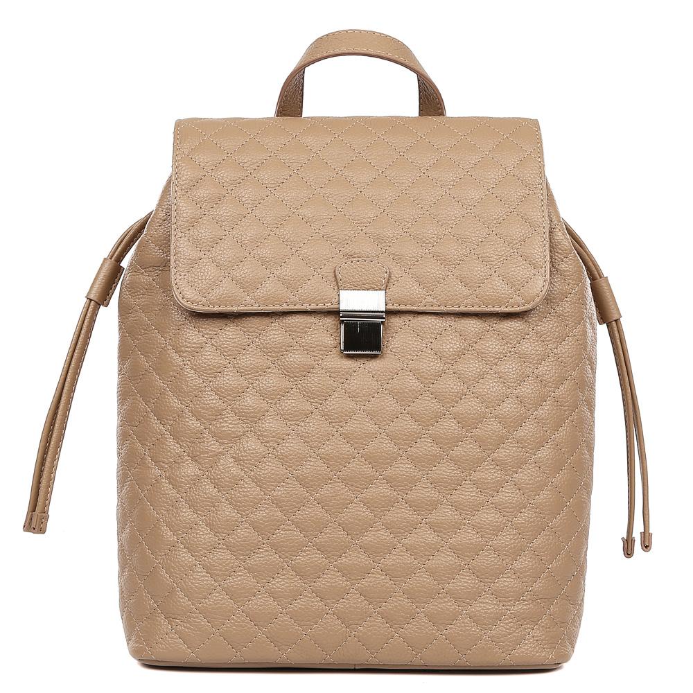 Рюкзак женский Palio, цвет: песочный. 15124A-W1-224/12315124A-W1-224/123Стильный стеганый рюкзак от итальянского бренда Palio выполнен из натуральной кожи, которая имеет мягкую и приятную на ощупь фактуру. Насыщенный и яркий красный цвет станет изюминкой любой цветовой гаммы, поэтому модель будет универсальным аксессуаром, подходящим под стильные весенне-летние образы. Лаконичный дизайн, удобные ручки, длинные кожаные поводки и фурнитура в серебряном цвете, - все это превращает изделие в ультрамодный рюкзак, который подчеркнет ваш уникальный стиль. Внутри вы сможете разместить мелкие вещи с помощью кармана, который закрывается на молнию. На тыльной части рюкзака дизайнеры разместили удобное внутреннее отделение с кожаным поводком. Прочные и тонкие лямки регулируются.