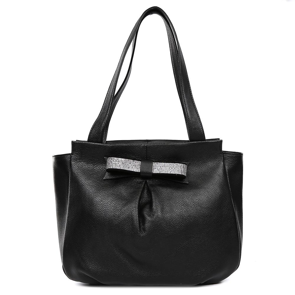 Сумка женская Palio, цвет: черный. 15126A-W1-018/01815126A-W1-018/018Классическая женская сумка на плечо Palio выполнена из натуральной пористой кожи, которая имеет мягкую и приятную на ощупь фактуру. Насыщенный черный оттенок в сочетании с стразами в серебряном цвете придает изделию неповторимую изысканность и элегантность. Тонкие ручки, стильная отделка в виде банта и серебряная фурнитура предназначены для тех, кто предпочитает утонченные и стильные аксессуары на каждый день. На тыльной части сумки дизайнеры расположили удобный карман на молнии с длинным кожаным поводком. Сумка имеет одно внутреннее отделение, которое разделяется карманом на два глубоких отсека. Дизайнеры позаботились и об удобстве аксессуара: на внутренних боковых стенках они разместили карманы для различных женских мелочей. Изделие с легкостью вмещает документы и папки формата A4.