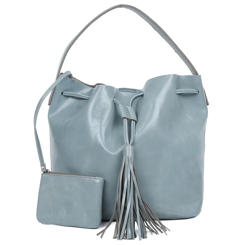 Сумка женская Palio, цвет: синий. 15035A-W1-812/81215035A-W1-812/812 l.blueИзысканная сумка от итальянского бренда Palio выполнена из натуральной плотной кожи, которая держит форму и имеет мягкую пористую фактуру. Сумка-кисет в будущем сезоне претендует стать одним из самых модных аксессуаров для ежедневных образов. Благодаря ее лаконичной форме, а также вместительности модель можно носить как на работу или учебу, так и на светские мероприятия. Женственный и элегантный нежно-голубой оттенок, изысканный брелок-кисточка– именно такая модель в этом должна быть в гардеробе каждой модницы. Сумка имеет одно отделение, которое вмещает папки и документа А4. Внутри аксессуара вы с легкостью расположите свой сотовый телефон и другие женские мелочи с помощью удобных и вместительных карманов.