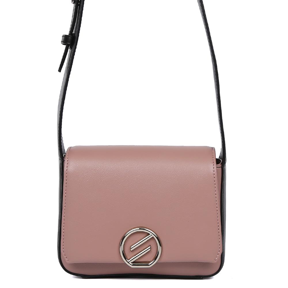 Сумка женская Leo Ventoni, цвет: розовый. 2300446023004460-nero/d.pinkЭлегантная женская сумка через плечо от итальянского бренда Leo Ventoni выполнена из натуральной плотной кожи, которая держит форму и имеет невероятно гладкую на ощупь фактуру. Изысканное сочетание черного цвета и оттенка пыльной розы превращают модель в утонченный аксессуар, который дополнит как современный, так и классический образ. прочное крепление плечевого ремня, лаконичный дизайн и стильная фурнитура в золотом цвете подчеркнут ваш элегантный вкус. Кросс-боди имеет одно вместительное отделение, закрывающееся на магнитный замок. Внутри сумки вы с легкостью сможете расположить свой сотовый телефон и другие женские мелочи с помощью удобных карманов, один из которых на молнии. Модель очень компактна и не вмещает формат A4. Длина плечевого ремня регулируется.