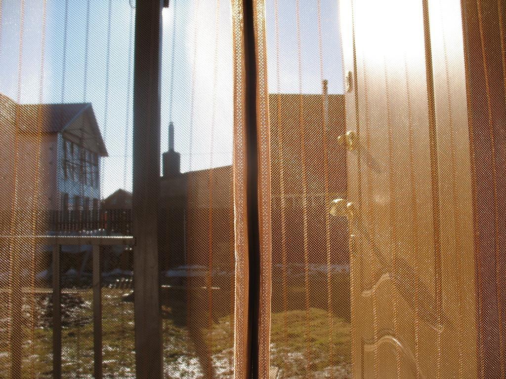 Сетка антимоскитная Hozma, цвет: коричневый, 105 х 210 смМС-105-коричневыйАнтимоскитная сетка на магнитах – это идеальное решение для дачи, квартиры или дома. Это надёжная и простая защита вашего дома от назойливых насекомых, пыли и тополиного пуха. Москитные сетки отлично пропускают свежий воздух и не открываются от ветра, тем самым позволяют держать двери в Вашем доме или на даче открытыми, не препятствуя проникновению в дом домашних животных. Легко крепится в дверной проём. Принцип действия: после прохождения человека или животного через дверь или балкон, полотна сетки слипаются за ним автоматически, обеспечивая постоянную защиту помещения. Преимущество данного вида сеток в том, что магниты уже вставлены в сетку и есть дополнительные клипсы- птички которые надежнее скрепляют половинки сетки. В комплект входит: 1. Сетчатое полотно с мягкими магнитными лентами по всей длине с декоративной накладкой. 2. Дополнительные магниты (вставлены в сетку) в форме птиц (9 пар: 18 штук) 3. Набор кнопок для установки сетки