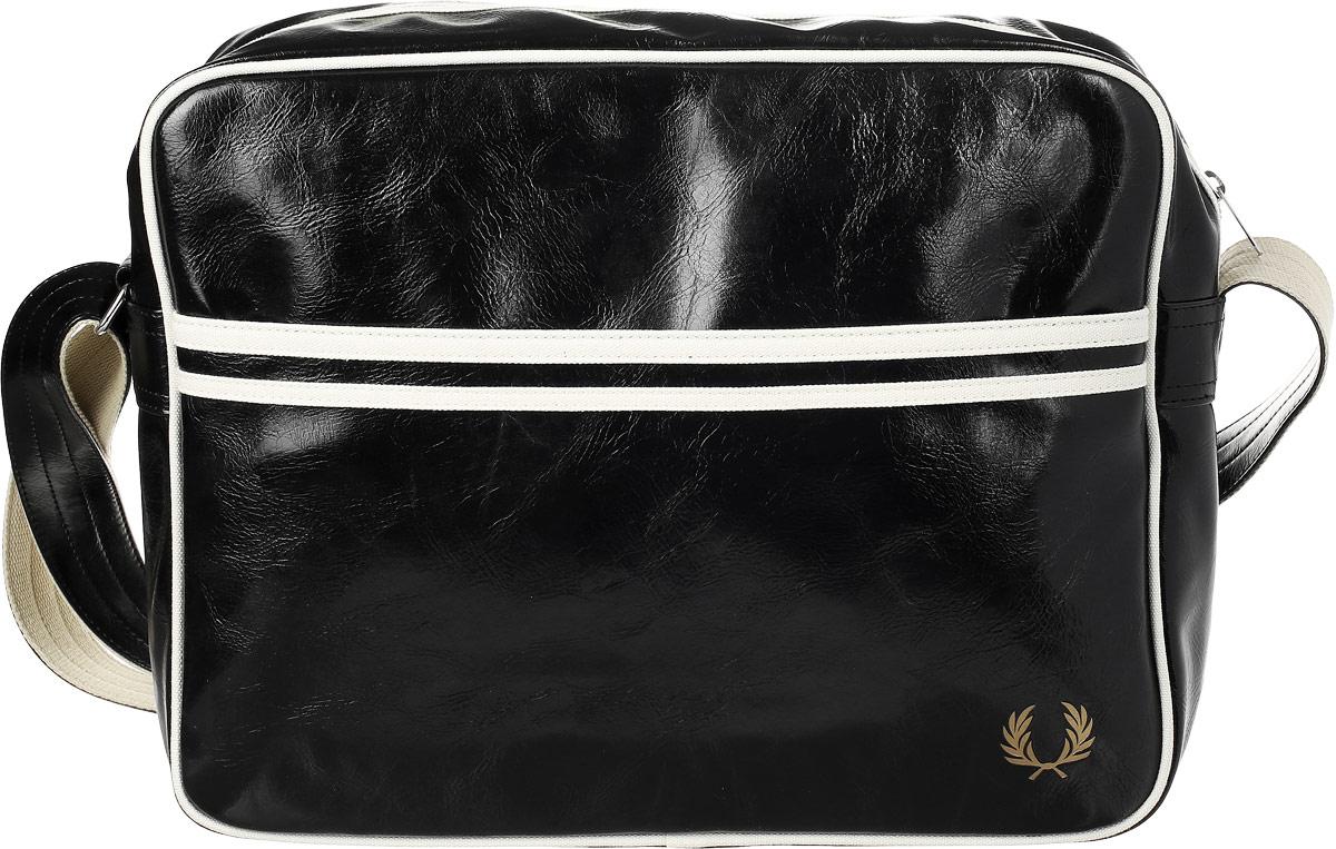 Сумка мужская Fred Perry Classic Shoulder Bag, цвет: черный, белый, 29 х 37 х 11 смL5251-102Оригинальная сумка-почтальонка Fred Perry не оставит равнодушным. На лицевой стороне изделие оформлено фирменным логотипом. Сумка оснащена наплечным регулируемым ремнем на металлических кольцах, находящихся по бокам. Имеет одно большое отделение в котором находится прорезной карман на застежке-молнии. Так же один широкий большой карман имеется на фасаде сумки. Днище уплотнено для устойчивости.