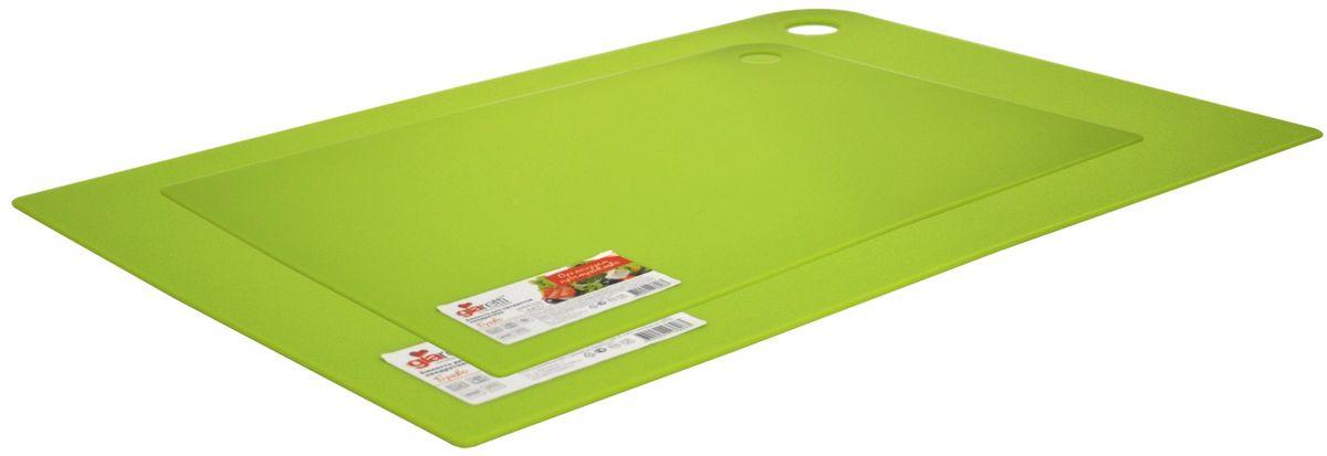 Набор разделочных досок Giaretti Elastico, цвет: оливковый, 2 предмета. GR1885ОЛGR1885ОЛМаленькие и большие, под хлеб или сыр, овощи или мясо. Разделочных досок много не бывает. Giaretti предлагает новинку – гибкие доски. Преимущества: не скользит по поверхности стола - Вы можете резать продукты и не отвлекаться на мелочи; удобно использовать - на гибкой доске Вы сможете порезать продукты, согнув доску переложить их в блюдо и не рассыпать содержимое; легкие доски займут мало места на Вашей кухне; легко моются в посудомоечной машине; 2 оптимальных размера досок позволят Вам порезать небольшой кусок сыра или нашинковать много овощей. Вы можете купить доску как штучно, так и в наборе, и максимально эффективно организовать пространство на кухне.
