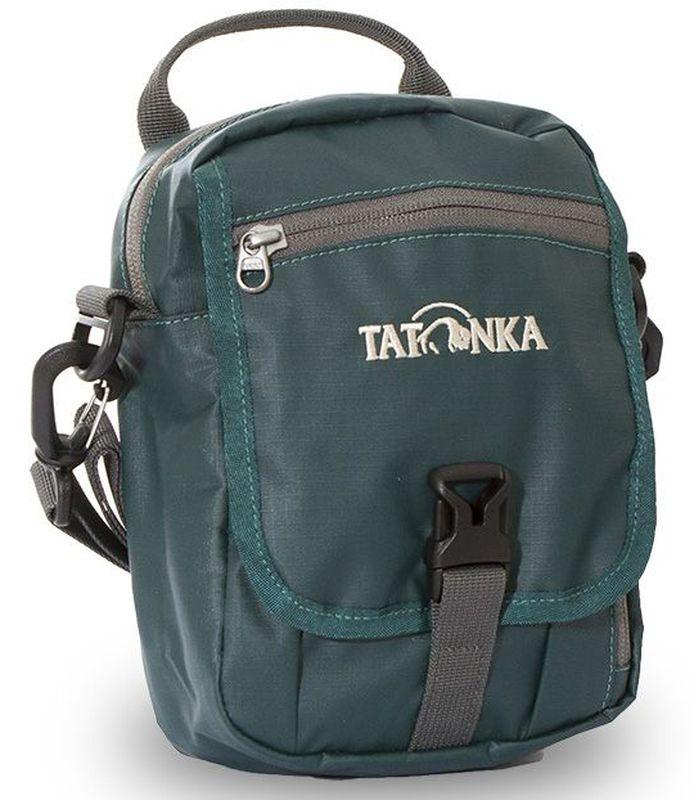 Сумка плечевая Tatonka Check in CLIP, цвет: темно-зеленый, 22x15x7 смDI.2966.190Универсальная дорожная сумочка из водоотталкивающей ткани. Идеальная сумочка для хранения документов и полезных мелочей в путешествии. Сумочка Check In Clip , которую можно носить как на плече, так и на поясе, располагает большим основным отделением с двумя молниями , множеством кармашков и мини-органайзером. Крышка-клапан фиксируется фастексом. Сумочка выполнена из водооталкивающей прочной ткани, что позволяет ей не бояться дождя и снега. Преимущества и особенности: петли для переноски на поясе съемный плечевой ремень ручка для переноски удобный органайзер множество продуманных отделений прочный материал фирменный логотип специальная ткань