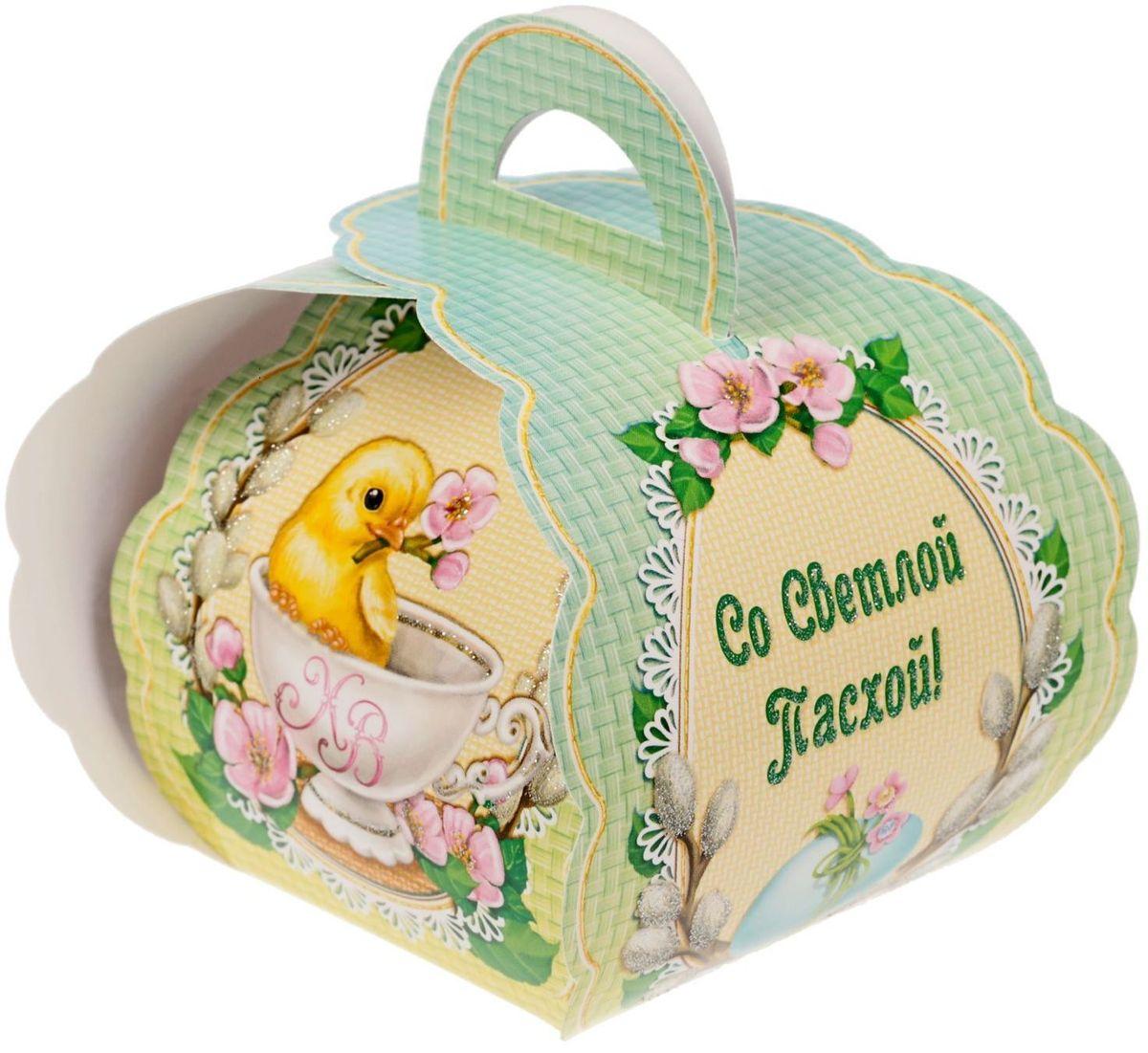 Коробочка подарочная для яйца Со Светлой Пасхой. Цыпленок в чашке. 17469831746983Коробочка подарочная для яйца — новое веяние в мире подарочной упаковки. Представьте, как здорово будет преподнести родным и близким подарки в таком оформлении. Душевный дизайн в народном стиле и пасхальные символы никого не оставят равнодушным. Коробочка надёжна и легка в использовании. Согните её по линиям и положите внутрь заготовленный презент. Благодаря удобной ручке изделие удобно переносить. Размер заготовки: 13,4 х 26,2 см.