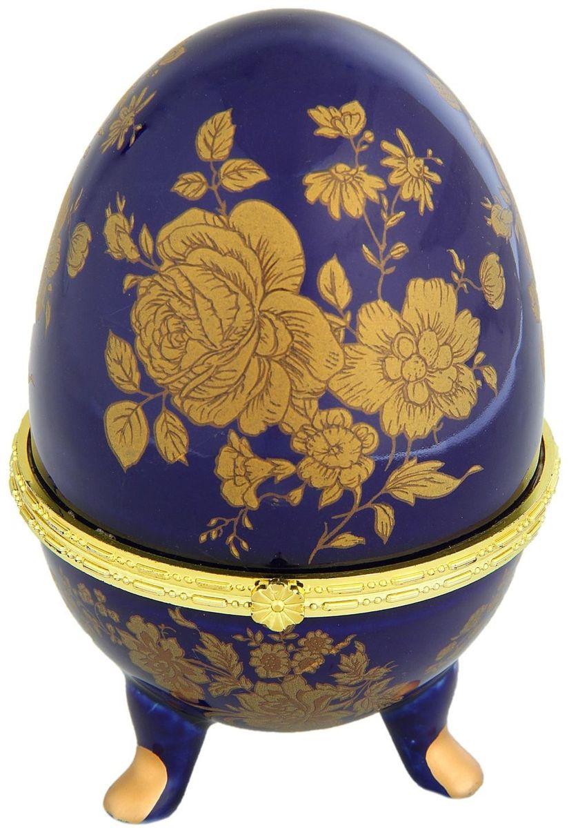 Шкатулка Sima-land Розы на синем, 10 х 10 х 15,5 см763942Шкатулка для украшений, выполненная в форме яйца, за последние годы стала традиционным и очень популярным пасхальным подарком. Витые узоры и рисунки, искусно сочетаясь между собой, создают целостную композицию, украшающую ее поверхность. Шкатулка крепится на трех изогнутых ножках и эффектно смотрится на полке, комоде, камине или в серванте. В ассортименте представлены шкатулки разных цветов, декорированные затейливыми узорами, цветами и прочими элементами. Изысканный и утонченный подарок к самому главному православному празднику!