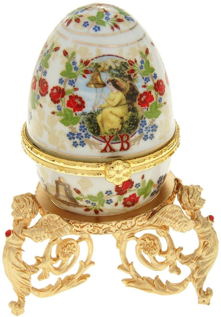 Яйцо-шкатулка Sima-land Ангел, на металлической подставке, 10 х 6 х 6 см890104Яйцо-шкатулка Ангел на металлической подставке, керамика, деколь – это не только символичный, но и очень полезный подарок на светлый праздник Пасхи. Яйцо изготовлено из белоснежной прочной керамики, всё покрыто яркой праздничной росписью, дизайн которой с душой разработан профессионалами компании Сима-ленд. А уникальная металлическая подставка придает ему ещё больше изысканности и благородства. История дарения таких яиц-шкатулок берет свое начало с времен известнейшего ювелира Карла Фаберже, который начал изготовлять ювелирные яйца с сюрпризом для императорского дома. Обычай преподносить такие подарки близким – это возрождение императорской традиции. Такой подарок является привычным для Пасхи. Яйцо-шкатулка на оригинальной металлической подставке порадует своим великолепием, функциональными особенностями и пасхальной подарочной упаковкой. Такой «царский» сувенир приятно дарить и получать!