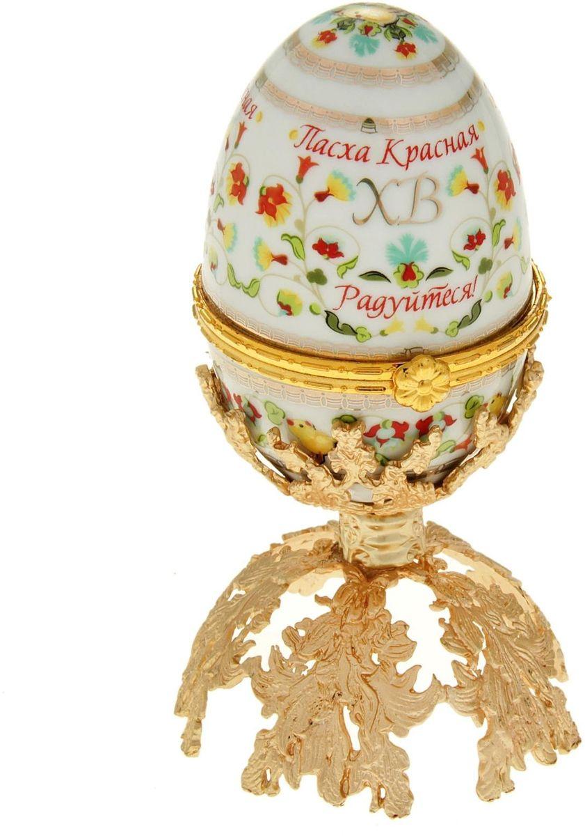 Яйцо-шкатулка Цветочный, на металлической подставке, 10 х 6 х 6 см. 890106890106Пасхальное яйцо — символ жизни и возрождения, ведь именно в Пасху традиционно дарят крашеные или расписные яйца. А в такую забавную шкатулочку можно положить одно из таких яиц и преподнести своему самому родному и близкому человеку, такой презент никогда не забудется, и будет отличаться от других поздравлений.