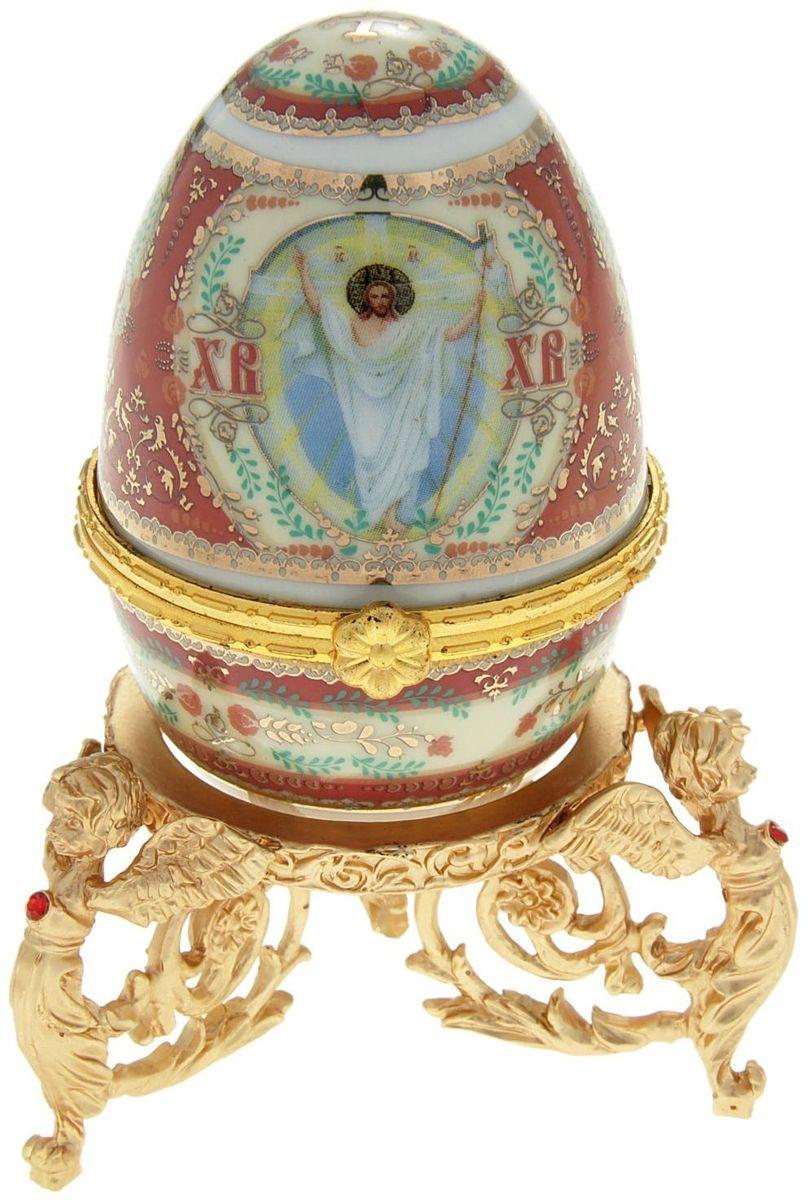 Яйцо-шкатулка Sima-land Воскресение Христово, на металлической подставке, 10 х 6 х 6 см890108Яйцо-шкатулка Воскресение Христово на металлической подставке, керамика, деколь – это не только символичный, но и очень полезный подарок на светлый праздник Пасхи. Яйцо изготовлено из белоснежной прочной керамики, всё покрыто яркой праздничной росписью, дизайн которой с душой разработан профессионалами компании Сима-ленд. А уникальная металлическая подставка придает ему ещё больше изысканности и благородства. История дарения таких яиц-шкатулок берет свое начало с времен известнейшего ювелира Карла Фаберже, который начал изготовлять ювелирные яйца с сюрпризом для императорского дома. Обычай преподносить такие подарки близким – это возрождение императорской традиции. Такой подарок является привычным для Пасхи. Яйцо-шкатулка на оригинальной металлической подставке порадует своим великолепием, функциональными особенностями и пасхальной подарочной упаковкой. Такой царский сувенир приятно дарить и получать!