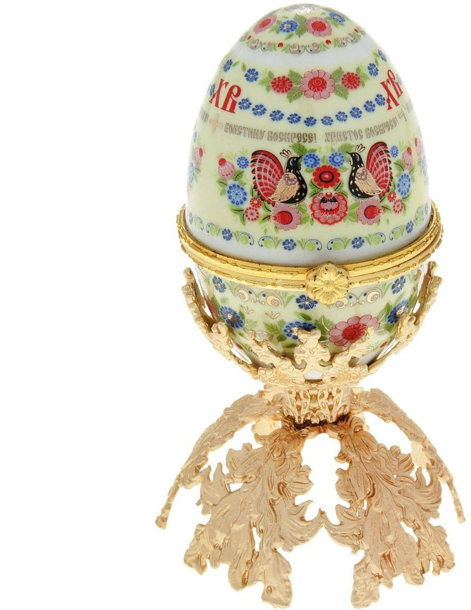 Яйцо-шкатулка Sima-land Хохлома, на металлической подставке, 10 х 6 х 6 см890112Яйцо-шкатулка Хохлома на металлической подставке, керамика, деколь – это не только символичный, но и очень полезный подарок на светлый праздник Пасхи. Яйцо изготовлено из белоснежной прочной керамики, всё покрыто яркой праздничной росписью, дизайн которой с душой разработан профессионалами компании Сима-ленд. А уникальная металлическая подставка придает ему ещё больше изысканности и благородства. История дарения таких яиц-шкатулок берет свое начало с времен известнейшего ювелира Карла Фаберже, который начал изготовлять ювелирные яйца с сюрпризом для императорского дома. Обычай преподносить такие подарки близким – это возрождение императорской традиции. Такой подарок является привычным для Пасхи. Яйцо-шкатулка на оригинальной металлической подставке порадует своим великолепием, функциональными особенностями и пасхальной подарочной упаковкой. Такой царский сувенир приятно дарить и получать!
