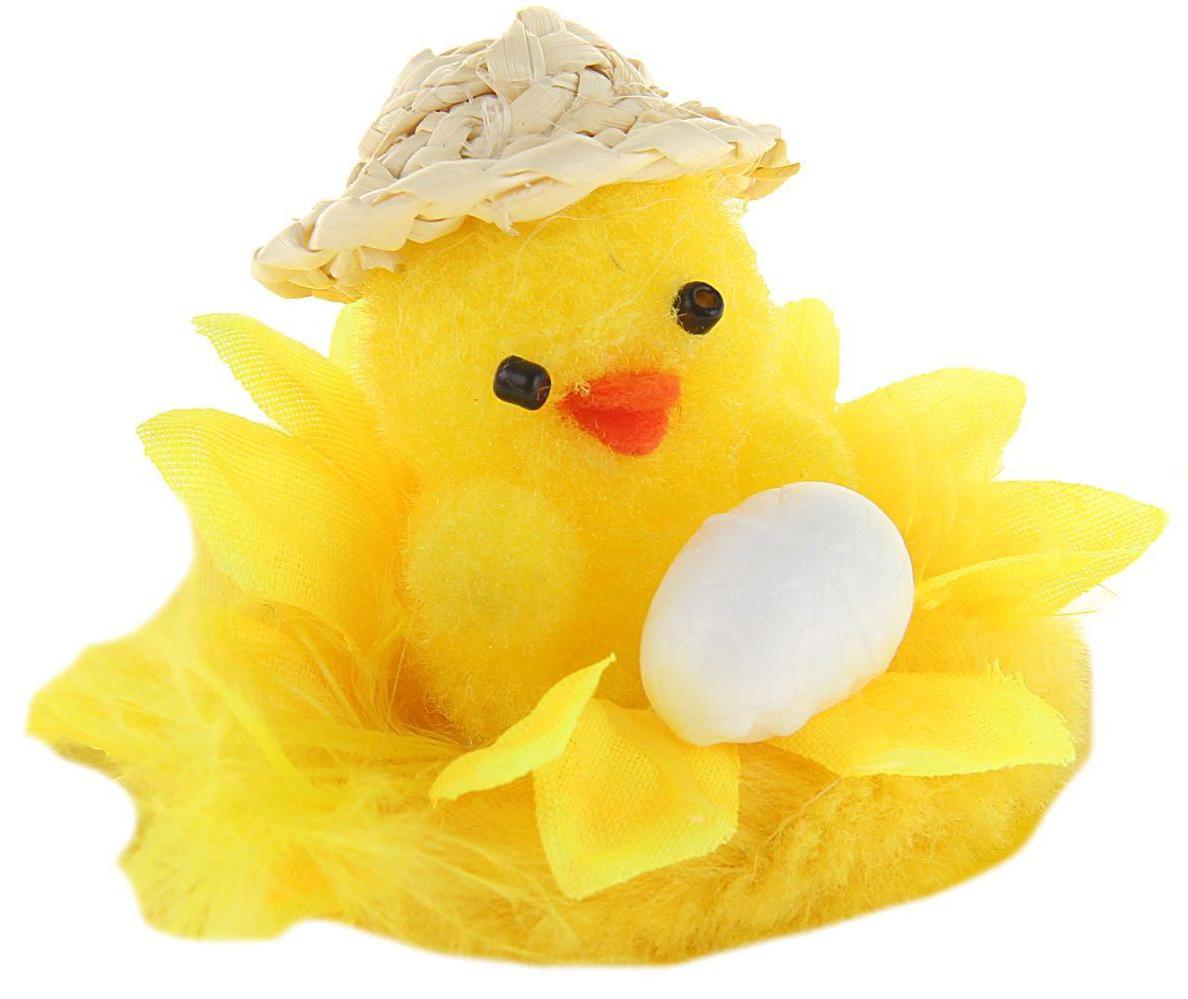 Сувенир пасхальный Sima-land Цыплёнок в шляпке с яйцом, 7 х 7 х 4,5 см1152485Сувенир Цыплёнок в шляпке с яйцом — самый популярный пасхальный декор. Фигурками цып принято декорировать праздничный пасхальный стол во многих странах мира. Россия не исключение. Вы можете украсить таким замечательным сувениром тарелку гостей, превратив её в гнездо. Или преподнести его в качестве подарка близкому человеку. Удивите себя и родных!