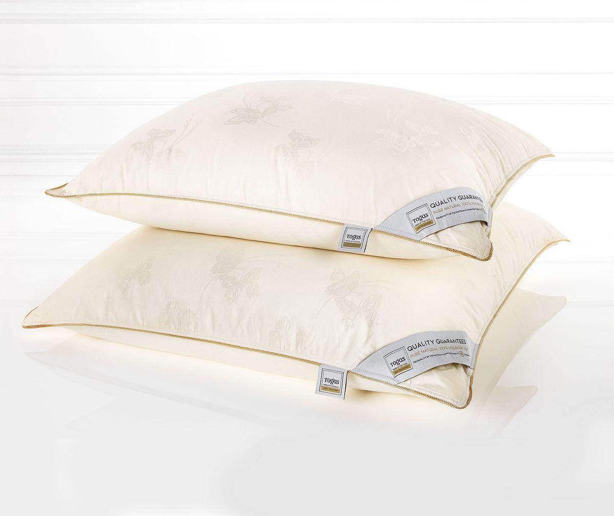 Подушка Togas Батерфляй, наполнитель: шелк, 70 х 70 см47.01Чехол подушки Togas Батерфляй выполнен из сатина (100% хлопок). Наполнитель одеяла состоит из 100% шелка. Роскошный сатин, из которого выполнен чехол, по праву считается «королем» хлопка. Изысканный глянец, позволяющий сравнить его с шелком, достигается благодаря особому переплетению волокон, придающему ткани шелковистую мягкость и прочность. Сатин оказывает расслабляющее и оздоравливающее воздействие, хорошо согревает тело и одновременно «дышит», прекрасно впитывает влагу, обладает высокими экологическими показателями и износостойкостью. Он прост в уходе и почти не мнется. Такой чехол, без сомнения, достоин своего драгоценного содержимого! Наполнитель из натурального шелка сорта Малбери отличается особой мягкостью и абсолютной невесомостью. Воплощение совершенного комфорта, оно согревает летом и охлаждает зимой, эффективно работает, пока вы отдыхаете. Все потому, что шелк - прекрасный натуральный терморегулятор. Он быстро поглощает тепло и ...