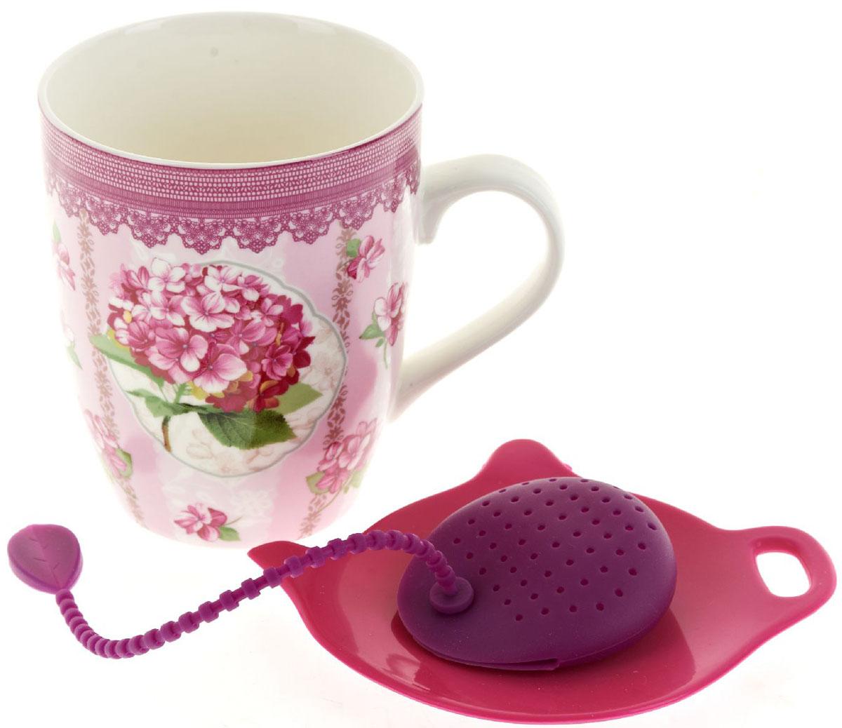 Кружка Nouvelle De France Розовая гортензия, с фильтром, с подставкой под чайный пакетик, 340 млM0661260Оригинальная кружка Nouvelle, с крышкой с ситечком для заварки с подставкой под чайный пакетик, выполненная из высококачественного фарфора, сочетает в себе изысканный дизайн с максимальной функциональностью. Красочность оформления кружки придется по вкусу и ценителям классики, и тем, кто предпочитает утонченность и изысканность. В комплект входит кружка с крышкой, ситечко и подставка. Можно использовать в ПММ.